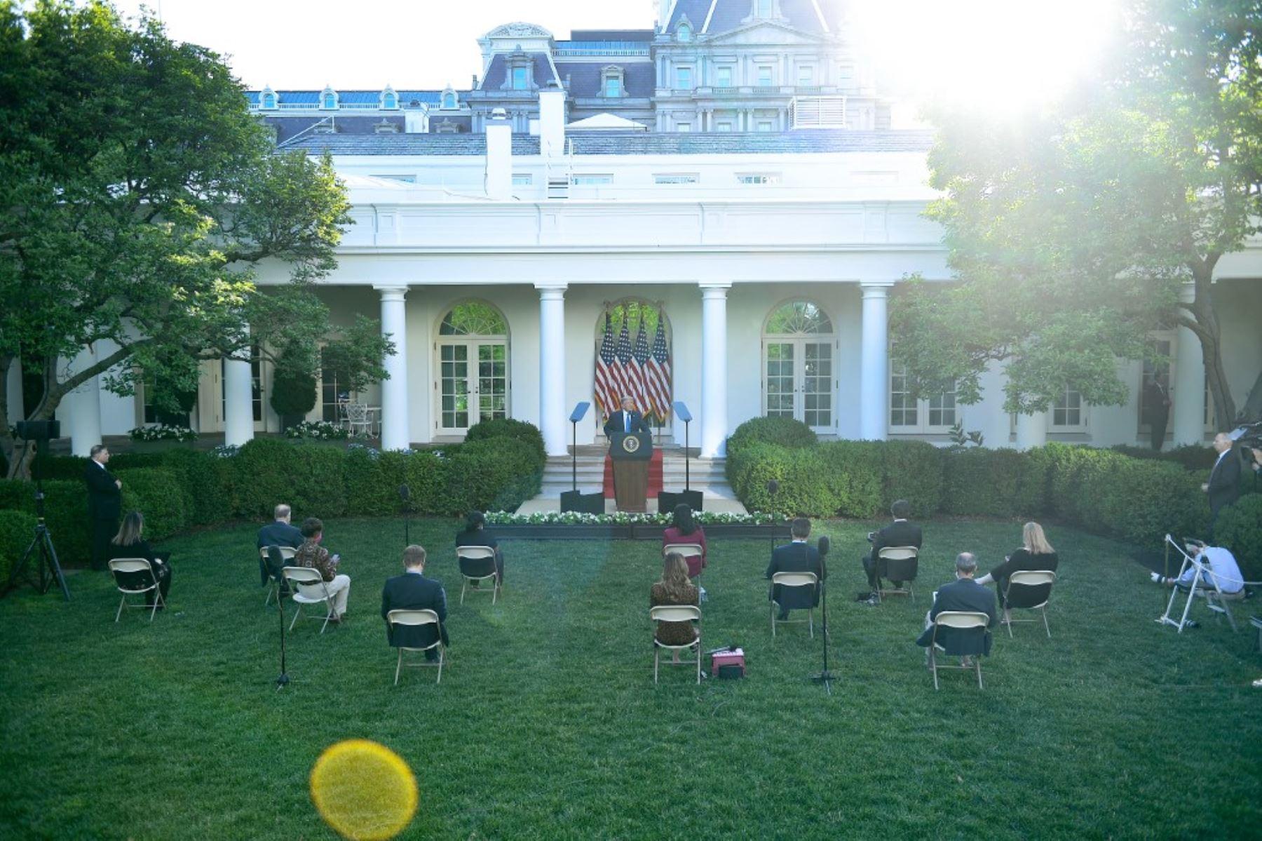 El presidente de los Estados Unidos, Donald Trump, hace declaraciones frente a los medios de comunicación en el Jardín de las Rosas de la Casa Blanca en Washington, DC. Foto: AFP