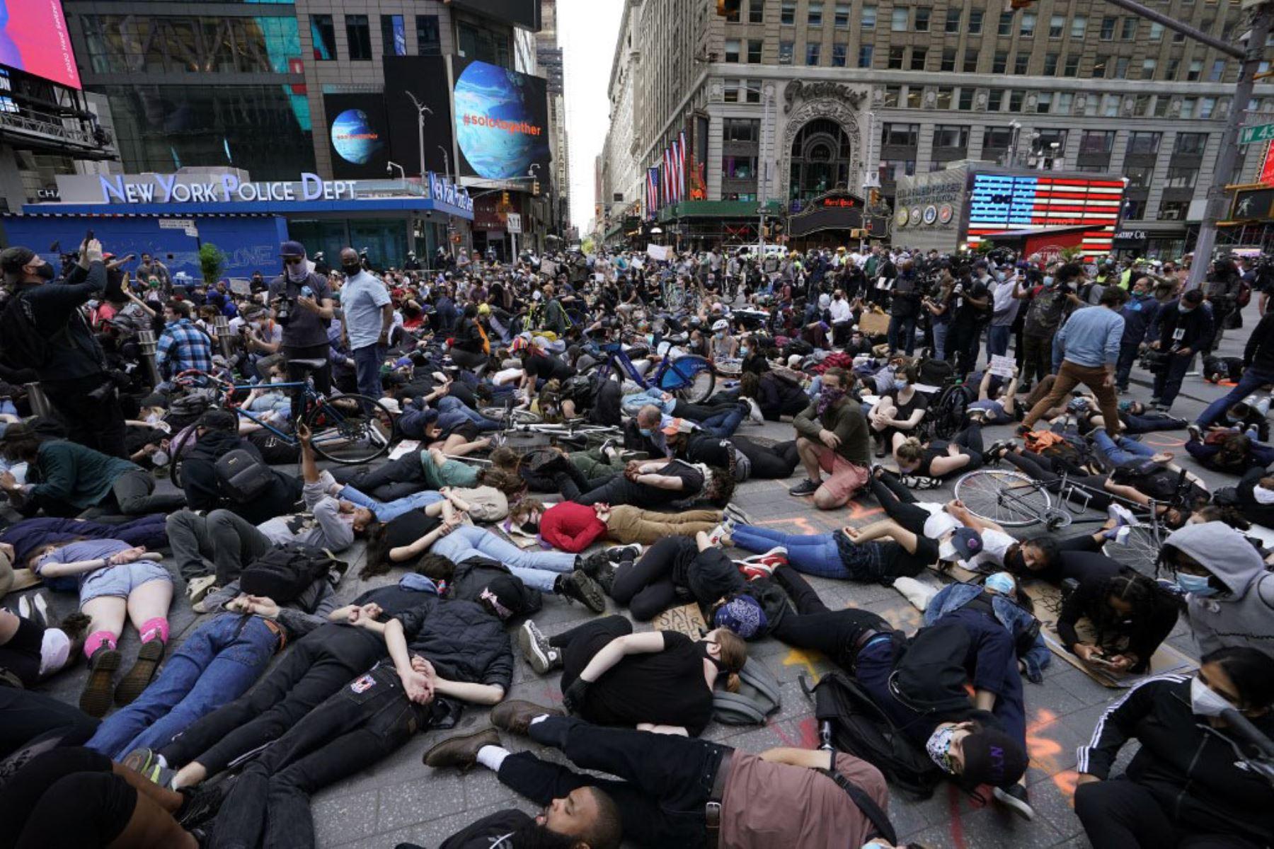 """Los manifestantes yacían en el suelo con las manos a la espalda en un llamado a la justicia para George Floyd en Times Square, durante una protesta de """"Black Lives Matter"""". Foto: AFP"""