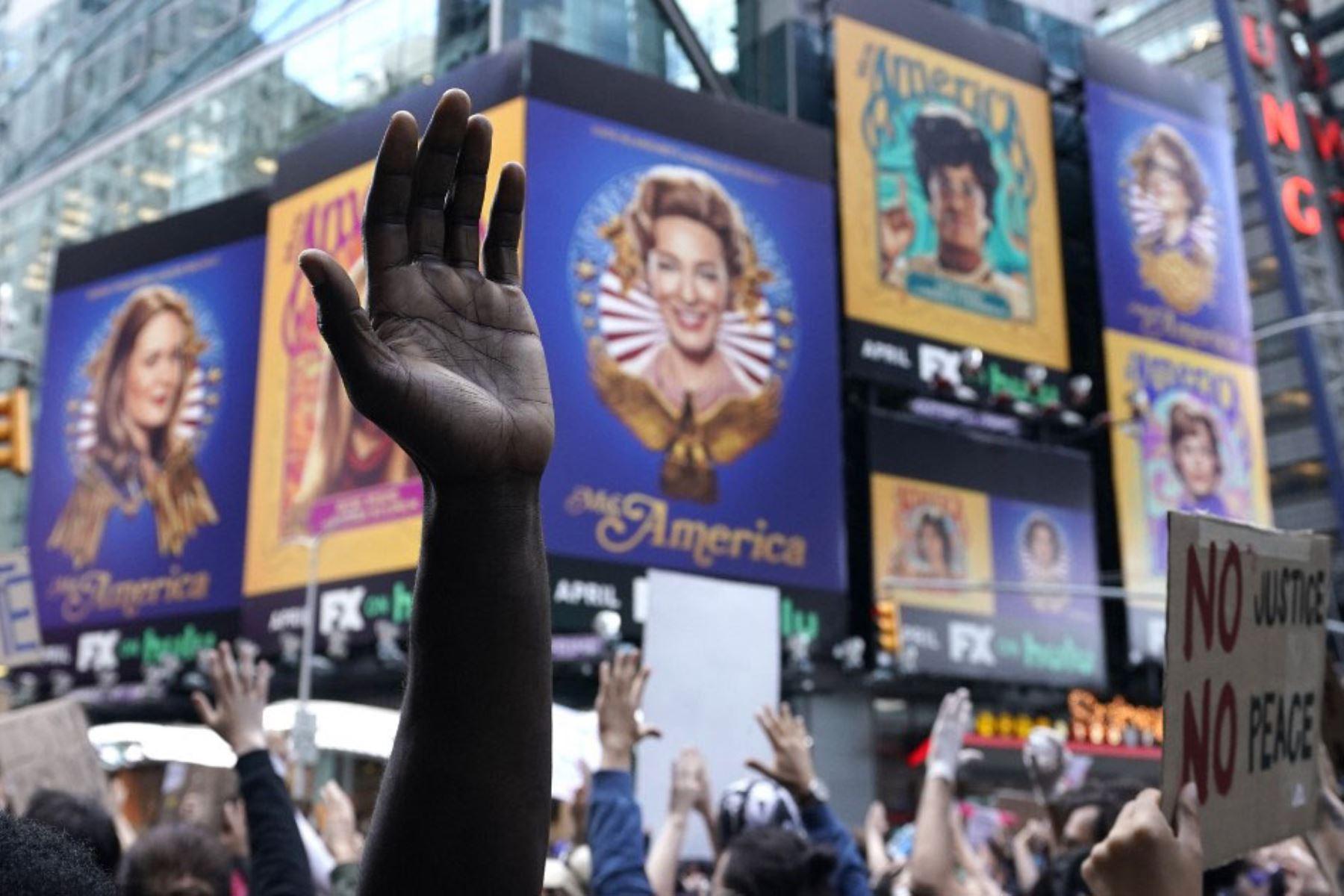 """Las manos de un manifestante se ven sobre la multitud en Times Square , durante una protesta de """"Black Lives Matter"""".  Foto: AFP"""