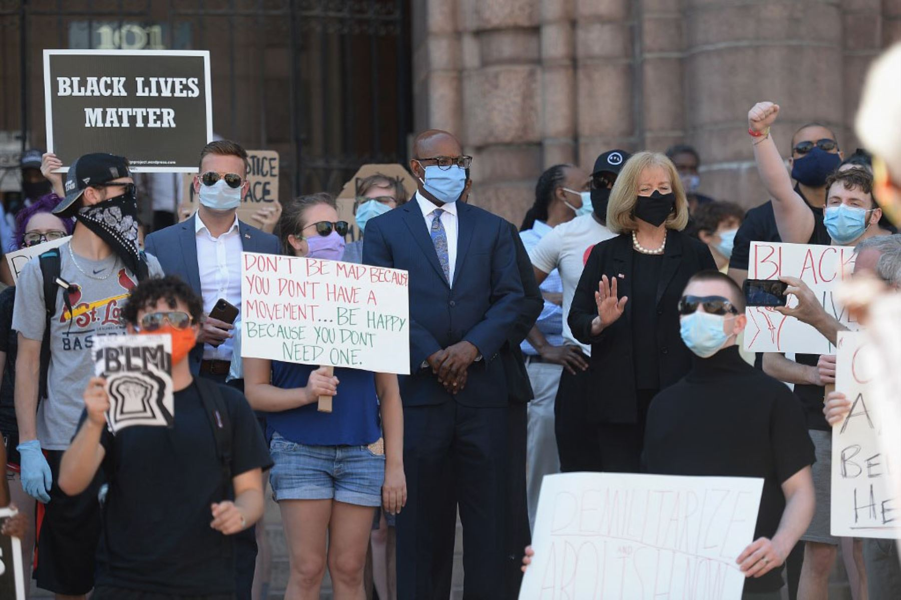 La alcaldesa de la ciudad de St. Louis, Lyda Krewson, se une a los manifestantes mientras se manifiestan contra la brutalidad policial y la muerte de George Floyd frente al Centro de Justicia de la Ciudad de St. Louis y el Ayuntamientoen St Louis, Missouri .  Foto: AFP