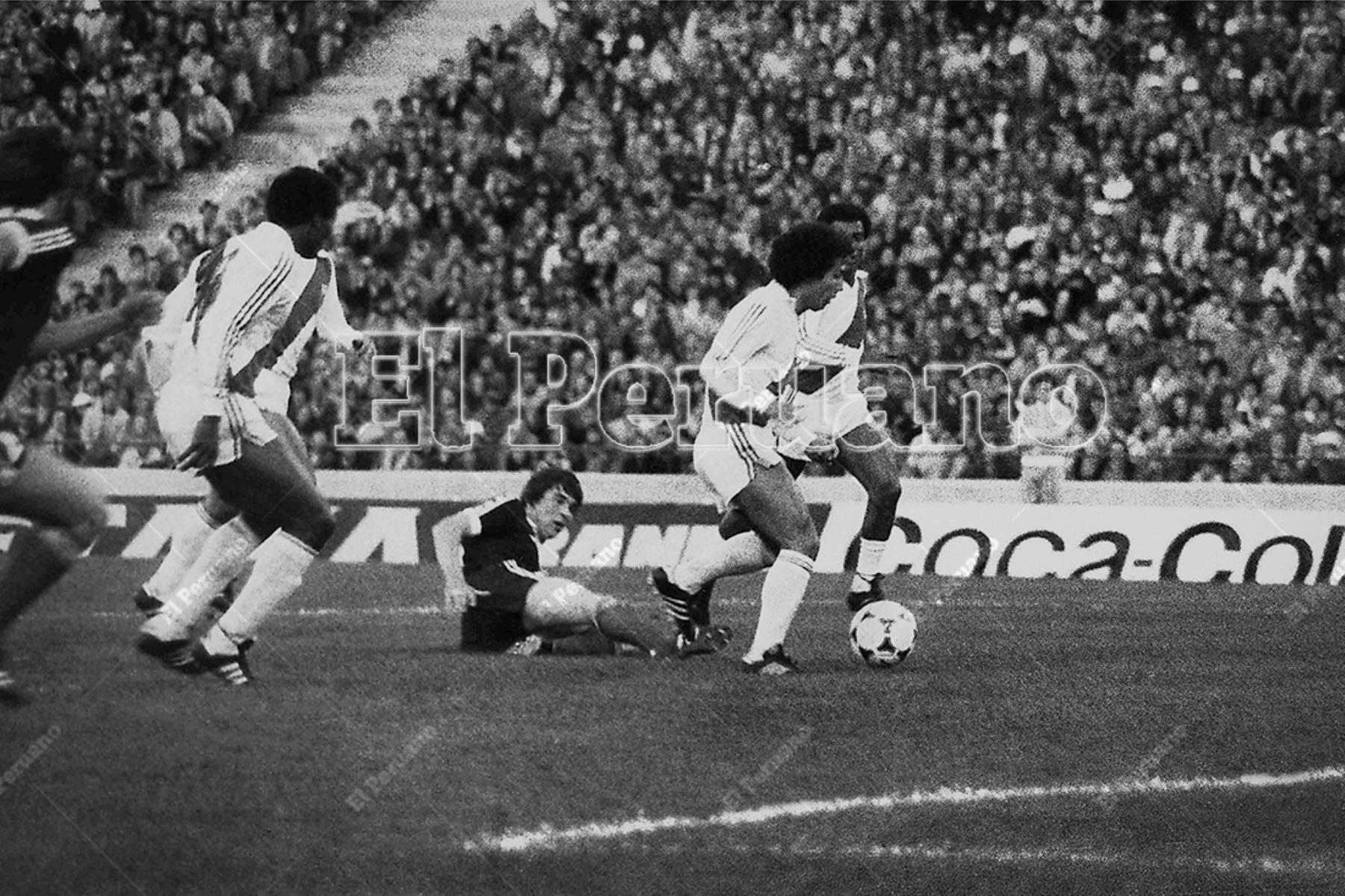 Argentina - 3 junio 1978 / César Cueto se prepara para rematar en el arco rival.  Perú venció 3-1 a Escocia por la primera fase del Mundial Argentina 78.  Foto: Archivo Histórico de El Peruano / Rolando Ángeles