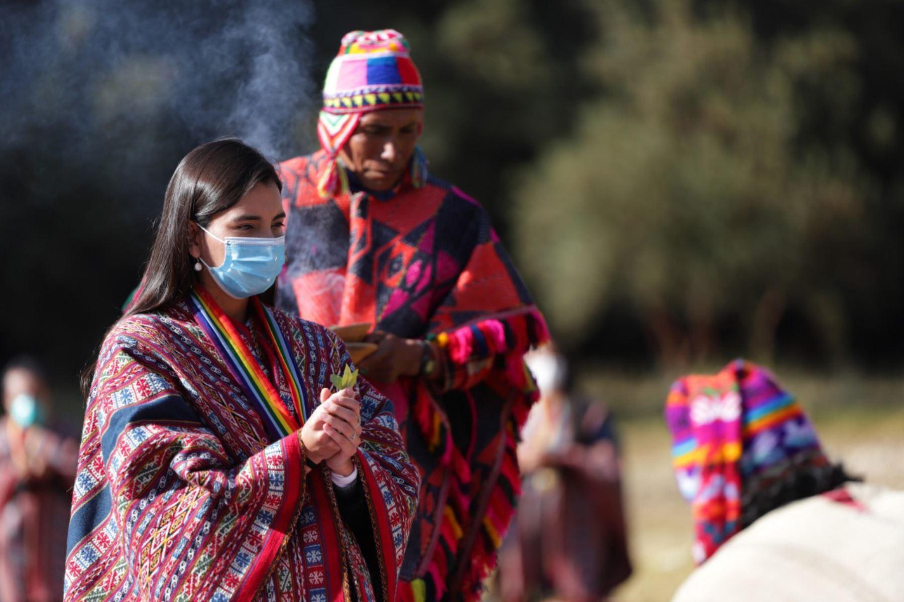 Autoridades locales y sacerdotes andinos pidieron a la Pachamama, el cese de la pandemia del covid-19, en una ceremonia de ofrenda a la tierra en la fortaleza inca de Sacsayhuamán. Foto: ANDINA/Percy Hurtado Santillán