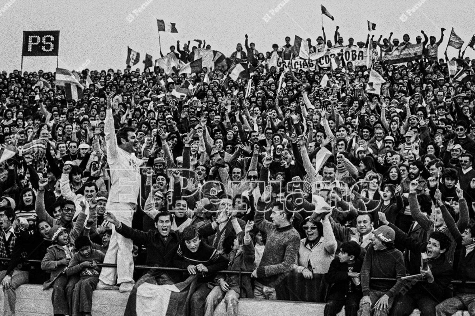 """Argentina - 3 junio 1978 / Roberto """"Pecoso"""" Ramírez elienta a la barra peruana durante el partido. Perú venció 3-1 a Escocia por la primera fase del Mundial Argentina 78.  Foto: Archivo Histórico de El Peruano / Rolando Ángeles"""