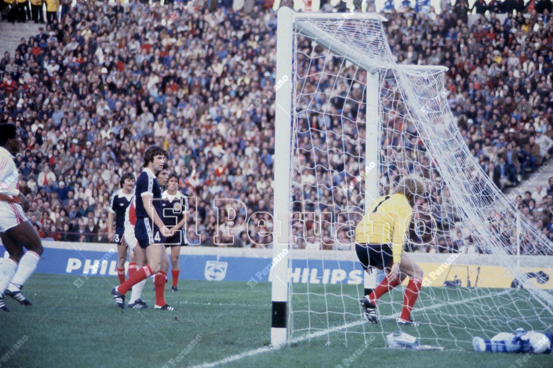 Argentina - 3 junio 1978 / César Cueto acaba de anotar el gol del empate. Al final  Perú venció 3-1 a Escocia por la primera fase del Mundial Argentina 78.  Foto: Archivo Histórico de El Peruano / Rolando Ángeles