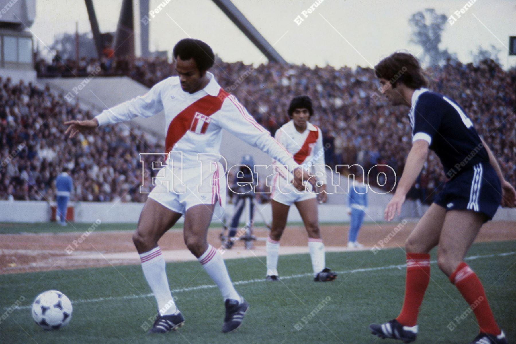 Argentina - 3 junio 1978 / Juan José Muñante intenta superar a un defensa rival. Perú venció 3-1 a Escocia por la primera fase del Mundial Argentina 78.  Foto: Archivo Histórico de El Peruano / Rolando Ángeles