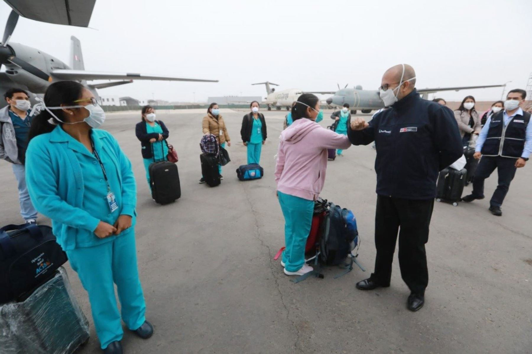 Ministro de Salud, Víctor Zamora despide al equipo de 25 profesionales de la salud, entre médicos y enfermeros, que viaja rumbo a Piura para apoyar en la lucha contra el coronavirus en la región. Foto: MINSA