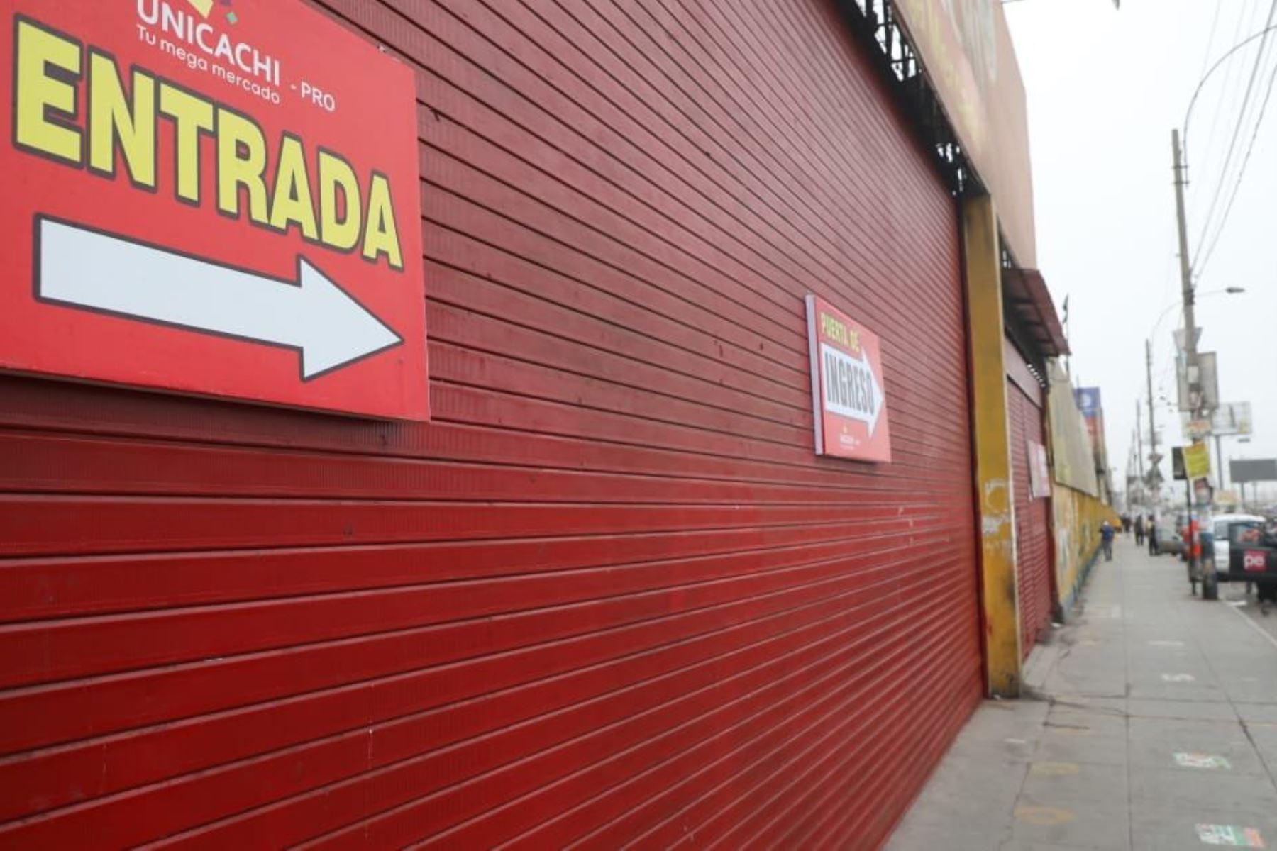 Viceministro de Mype e Industria, José Salardi supervisa las instalaciones del mercado San Pedro de Unicachi en Comas, a fin de verificar el cumplimiento de medidas de bioseguridad para su reapertura al público. Foto: PRODUCE