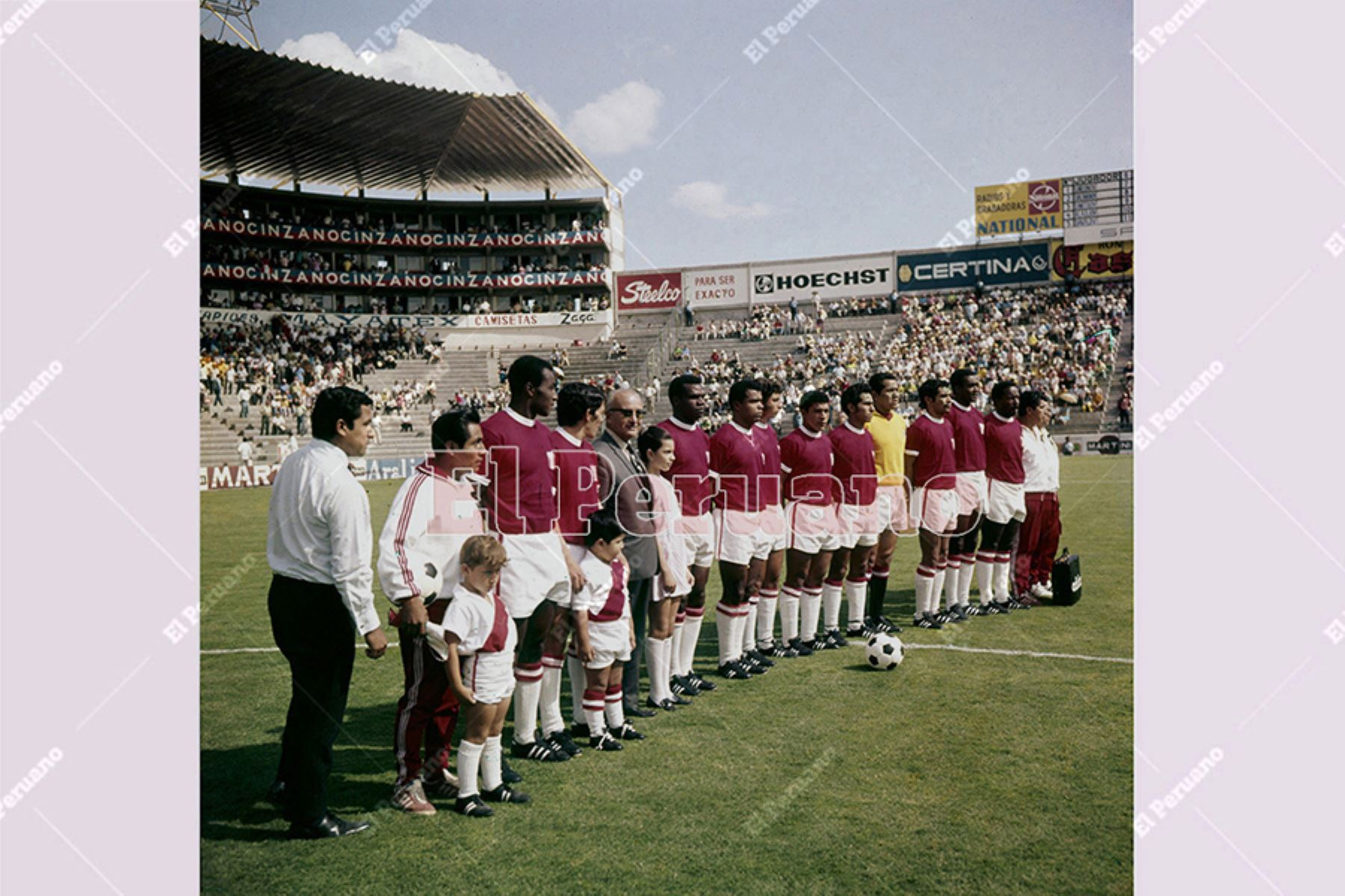 León, México - 2 junio 1970 / Formación de la selección peruana de fútbol que venció 3-2 a Bulgaria por el grupo 4 del Mundial México 70.  Foto Archivo Histórico de El Peruano / Luis Flores
