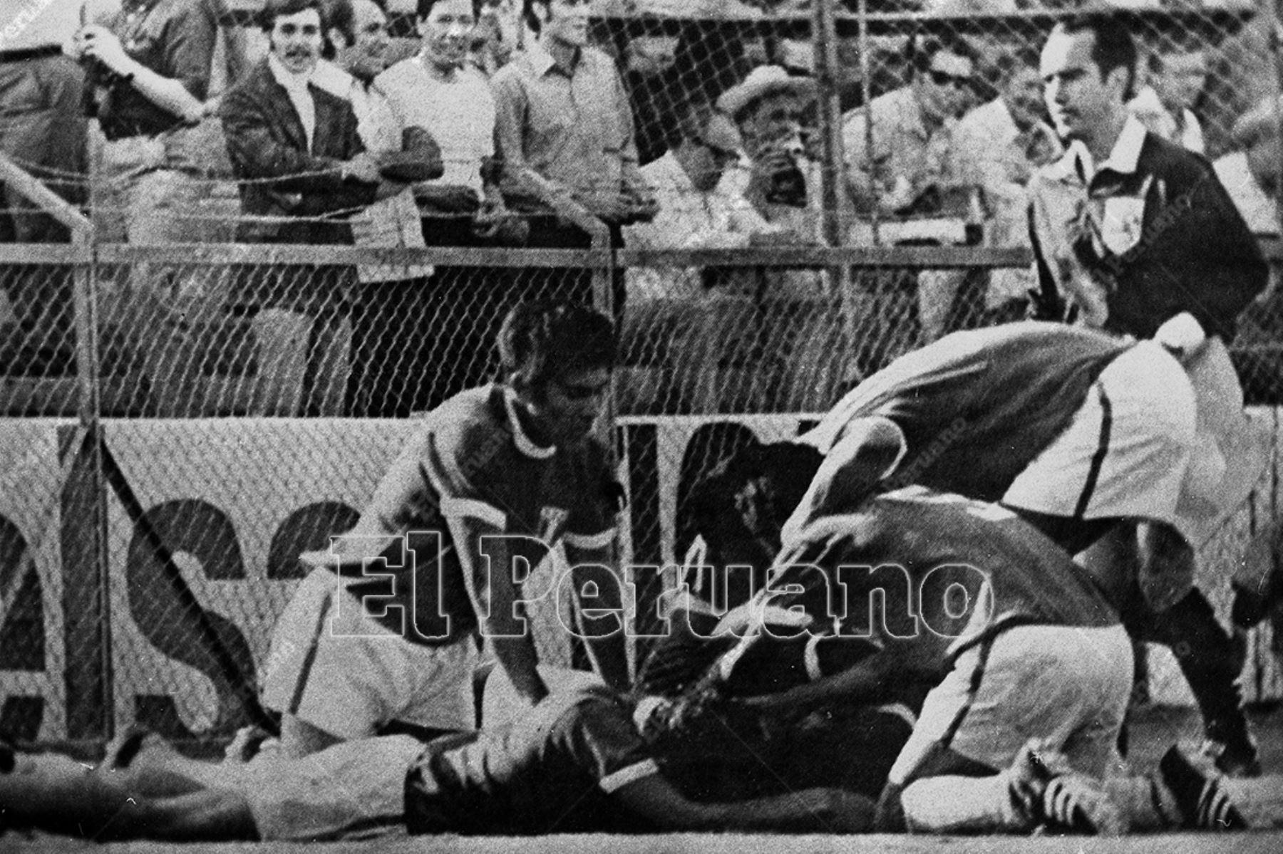 México 2 junio 1970 / Jugadores peruanos celebran el gol de Teófilo Cubillas con el que Perú venció a Bulgaria por 3 a 2 en el partido inaugural del grupo 4 del Mundial México 70.  Foto: Archivo Histórico de El Peruano / Luis Flores