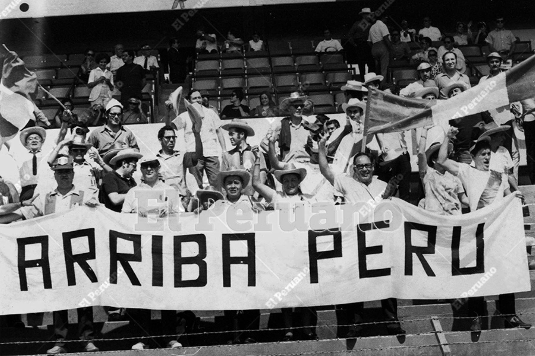 León, México - 2 junio 1970 / Hinchas peruanos que en todo momento alentaron al seleccionado nacional en su triunfo 3 a 2 sobre Bulgaria.  Foto Archivo Histórico de El Peruano / Luis Flores