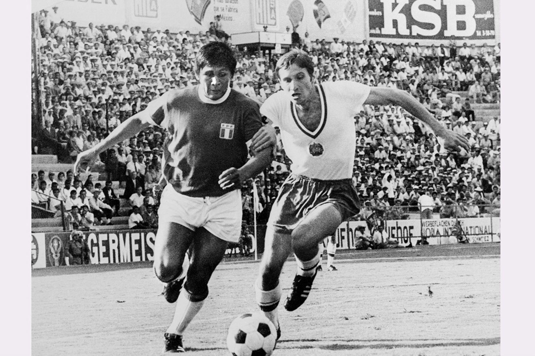Lima - 2 junio 1970 / El delantero peruano Hugo Sotil disputa el balón con el defensor búlgaro Ivan Davidov durante el encuentro entre Perú y Bulgaria por el grupo 4 del Mundial México 70. Los peruanos vencieron por 3-2. Foto: AFP