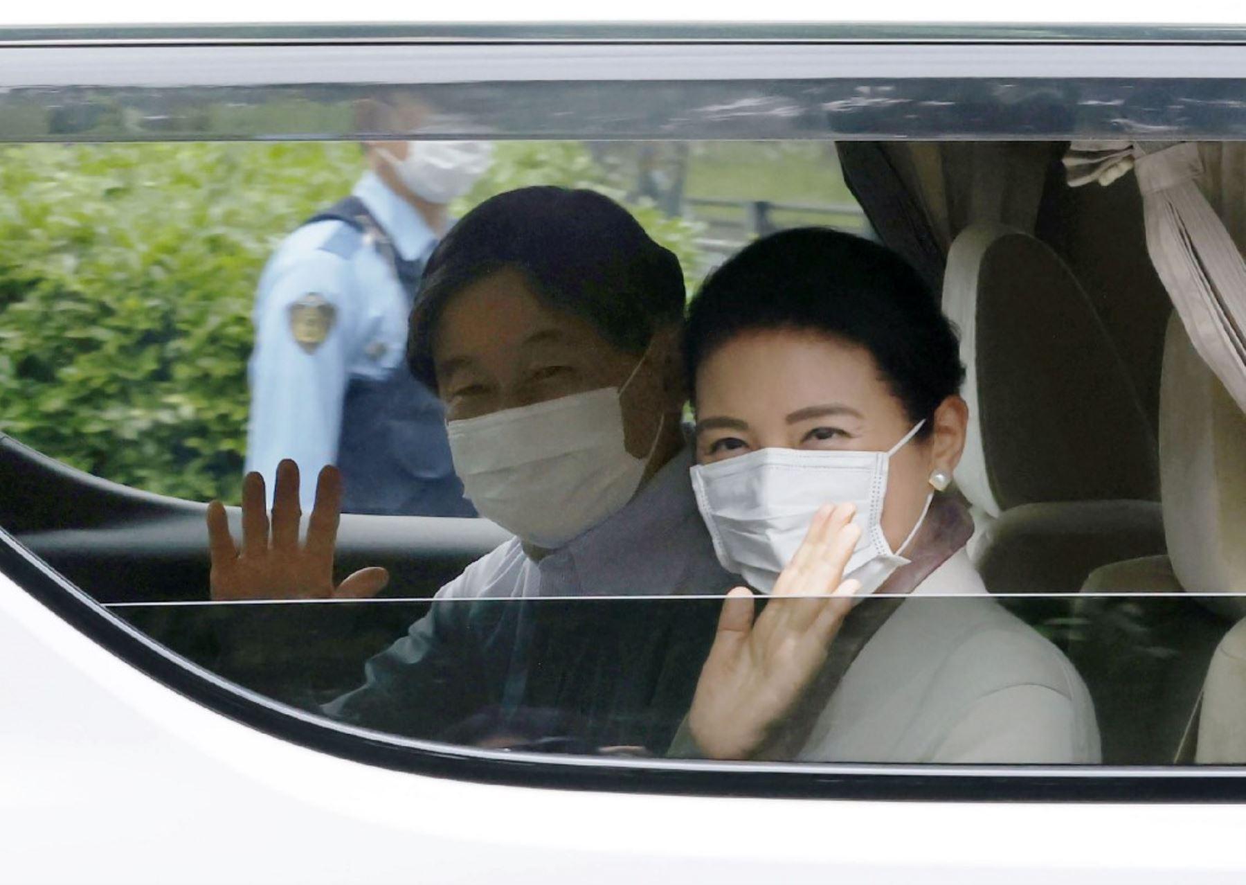 El emperador japonés Naruhito y la emperatriz Masako, con máscaras faciales en medio de la preocupación por la propagación del coronavirus (COVID-19), llegan al Palacio Imperial de Tokio. Foto: AFP