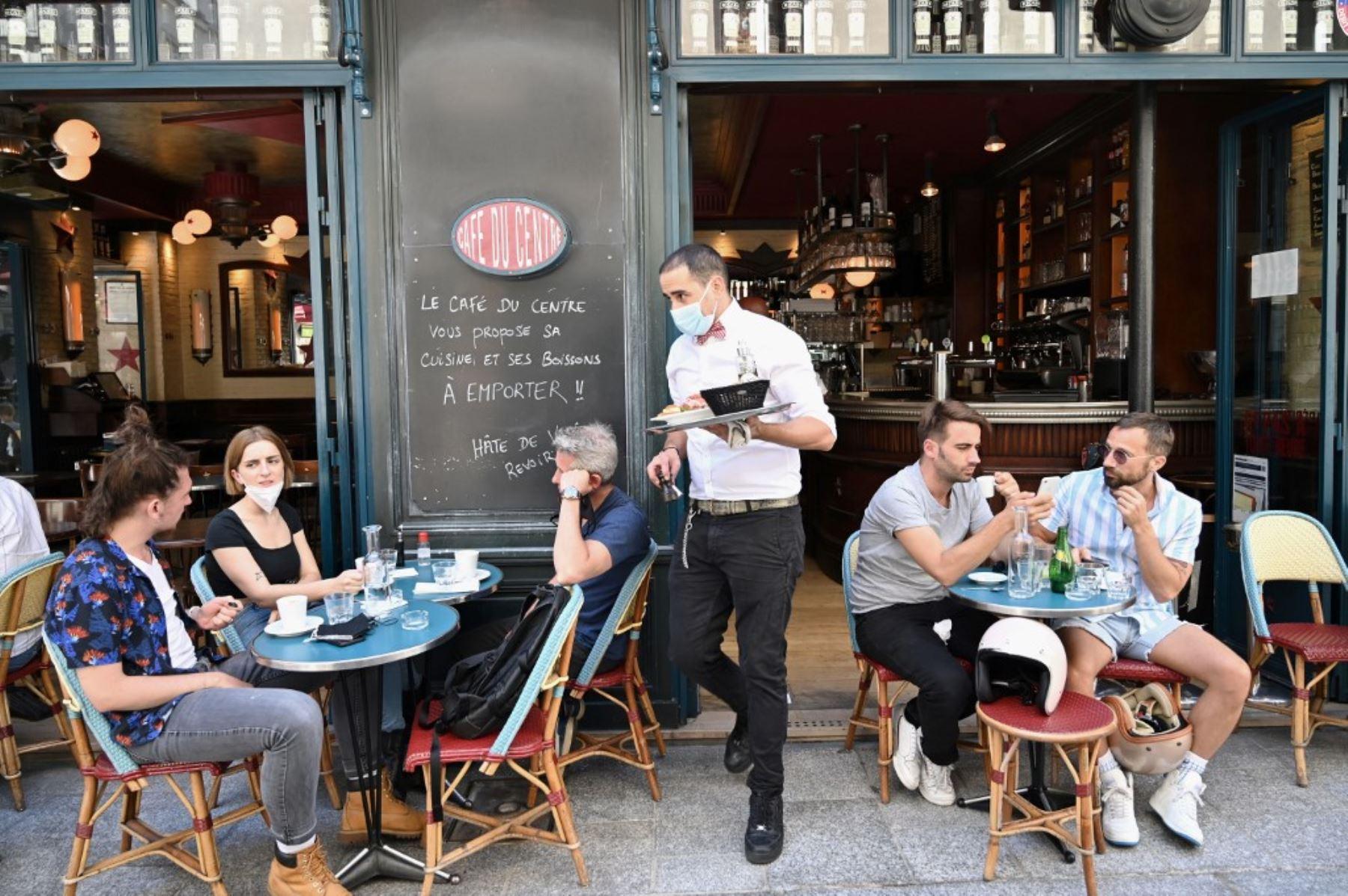 La gente come y toma bebidas en la terraza del café restaurante Le Compat en París el 2 de junio de 2020, a medida que los cafés y restaurantes vuelven a abrir en Francia. Foto: AFP