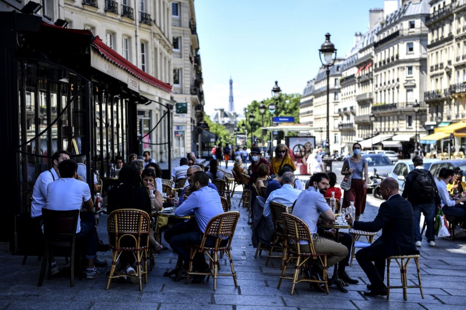 Los clientes se sientan en la terraza de un café-restaurante en la Rue Soufflot en París. Foto: AFP