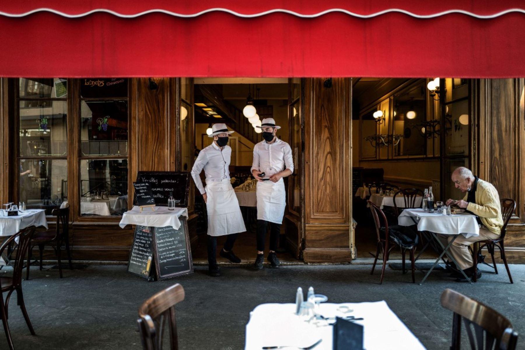 """Los camareros se encuentran a la entrada de un restaurante local típico conocido como """"Bouchon Lyonnais"""", el 2 de junio de 2020 en Lyon. Foto: AFP"""
