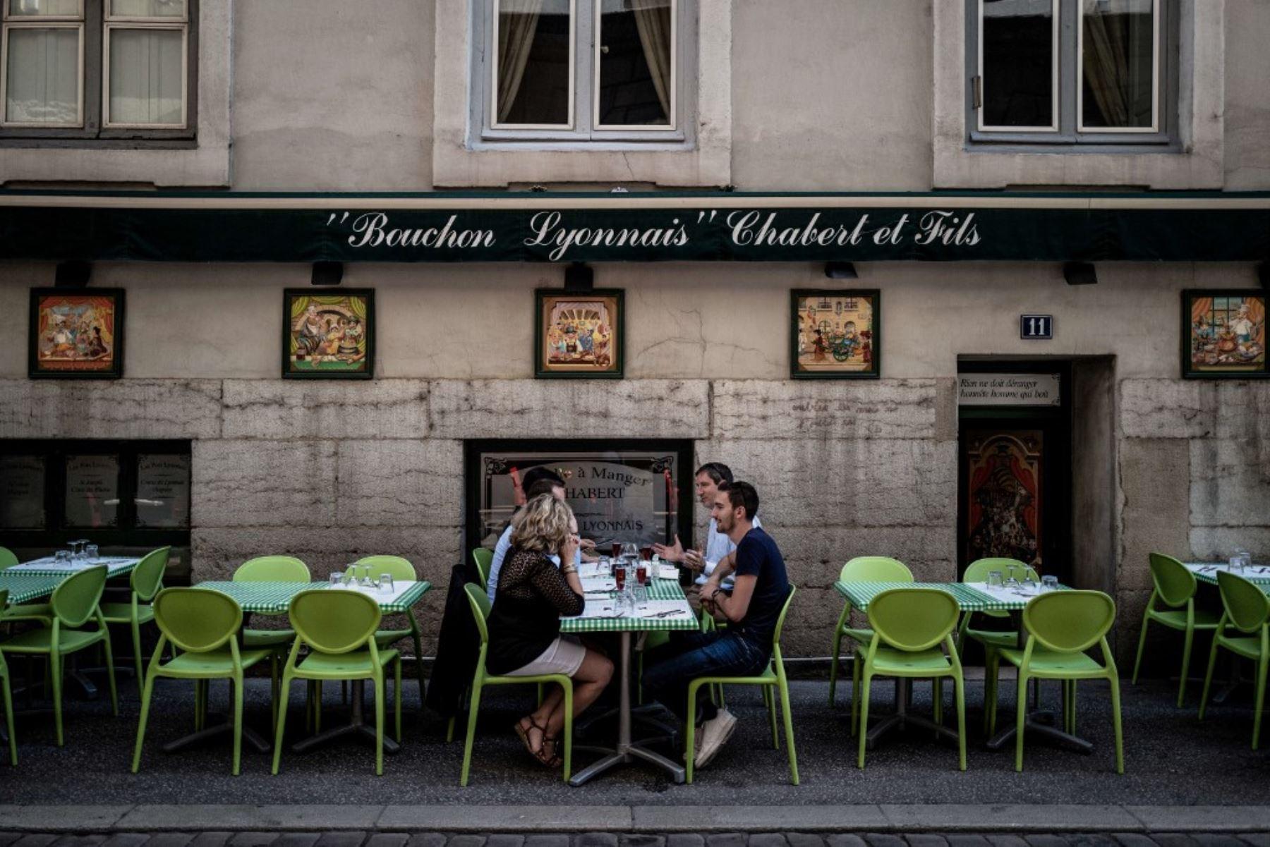 """La gente come en un restaurante local típico conocido como """"Bouchon Lyonnais"""". Foto: AFP"""