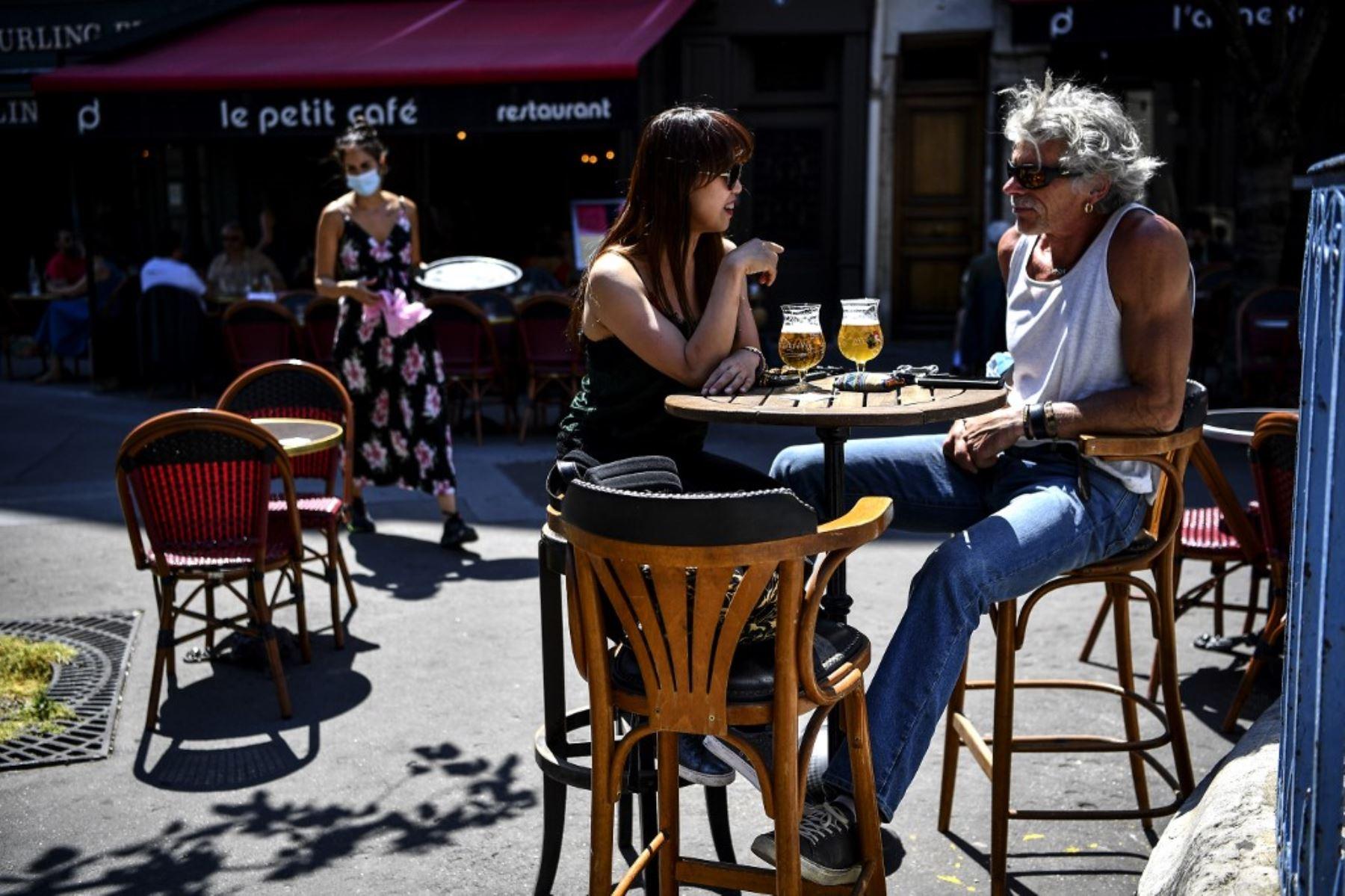 Los clientes toman bebidas en la terraza de un café-restaurante en París. Foto: AFP
