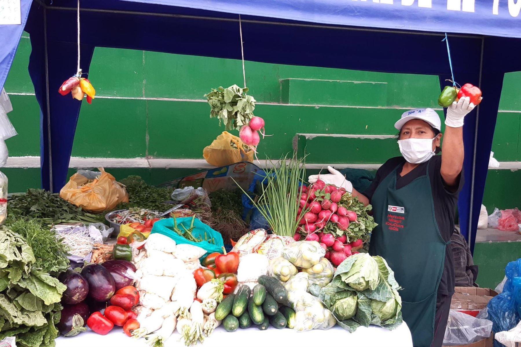 """Más de 30 productores agropecuarios venden productos de primera necesidad a través del programa """" De la Chacra a la Olla """" del ministerio de Agricultura en el distrito de El Porvenir- La Libertad. Foto:Minagri"""