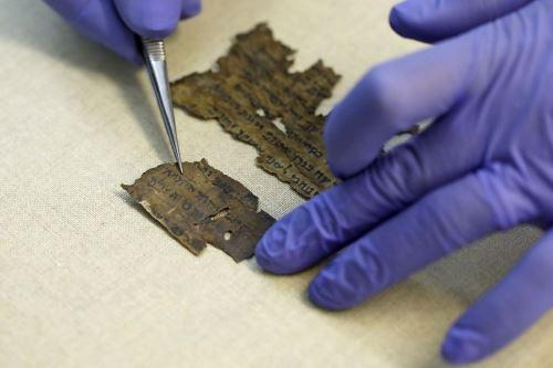 Con el objetivo de arrojar luz sobre el tema, investigadores israelíes estudiaron el ADN de fragmentos de manuscritos redactados en pieles. Foto: AFP