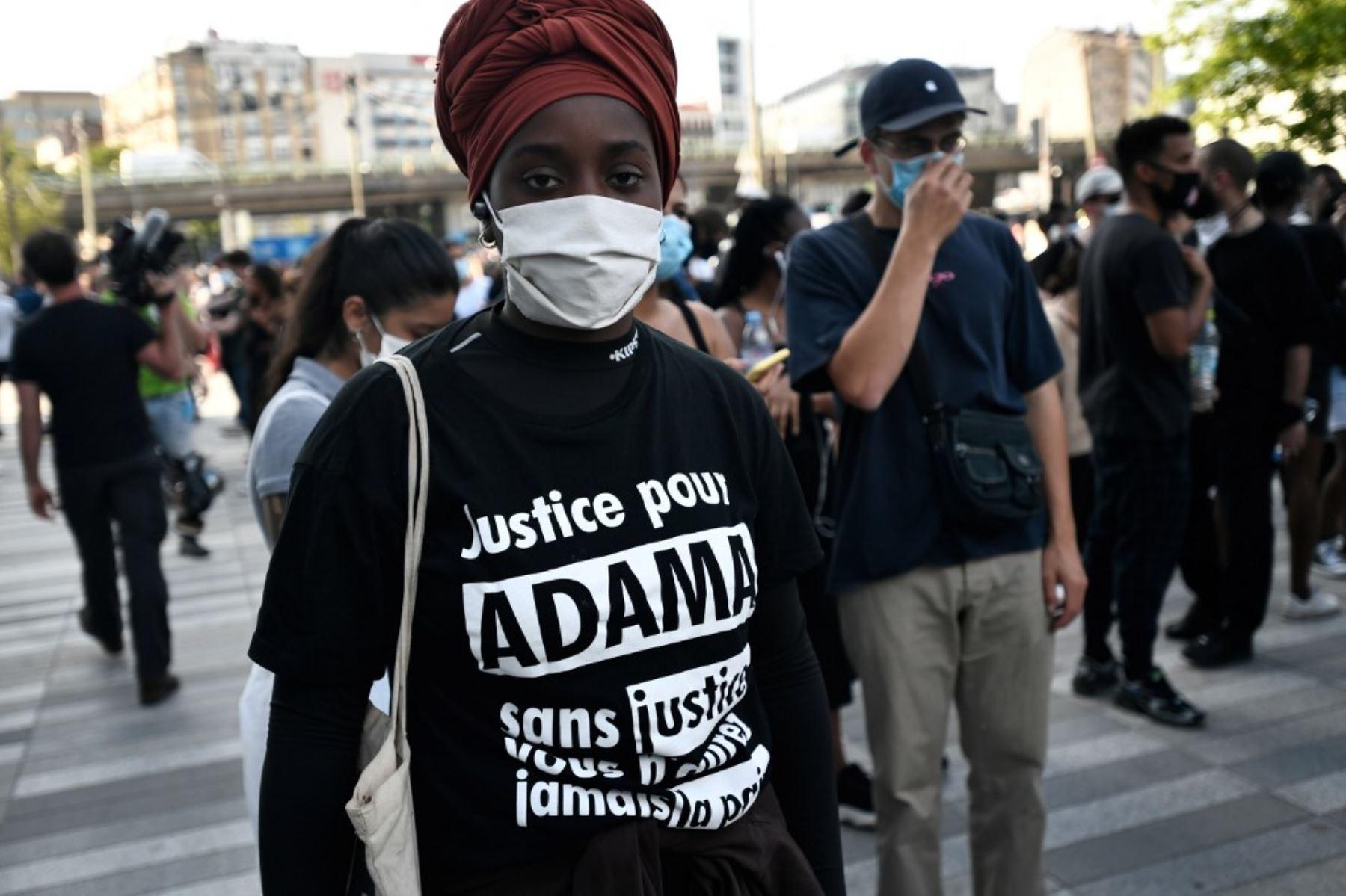 """Los manifestantes fueron convocados para la manifestación, luego de que médicos expertos franceses exoneraron a los gendarmes involucrados en el arresto de Adama Traore, un joven negro que murió bajo custodia policial en 2016, frente al """"Tribunal de París"""". Foto: AFP"""
