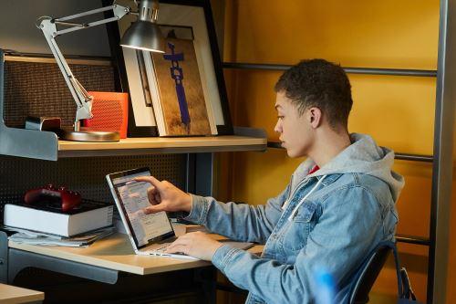 Las capacitaciones en línea permiten adquirir nuevas habilidades para el trabajo remoto.