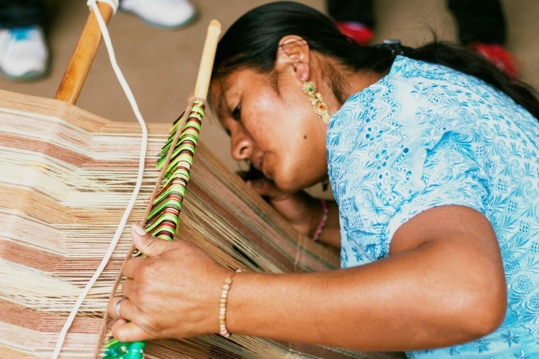 Artesana mochica trabaja en un telar en Lambayeque. ANDINA/Difusión