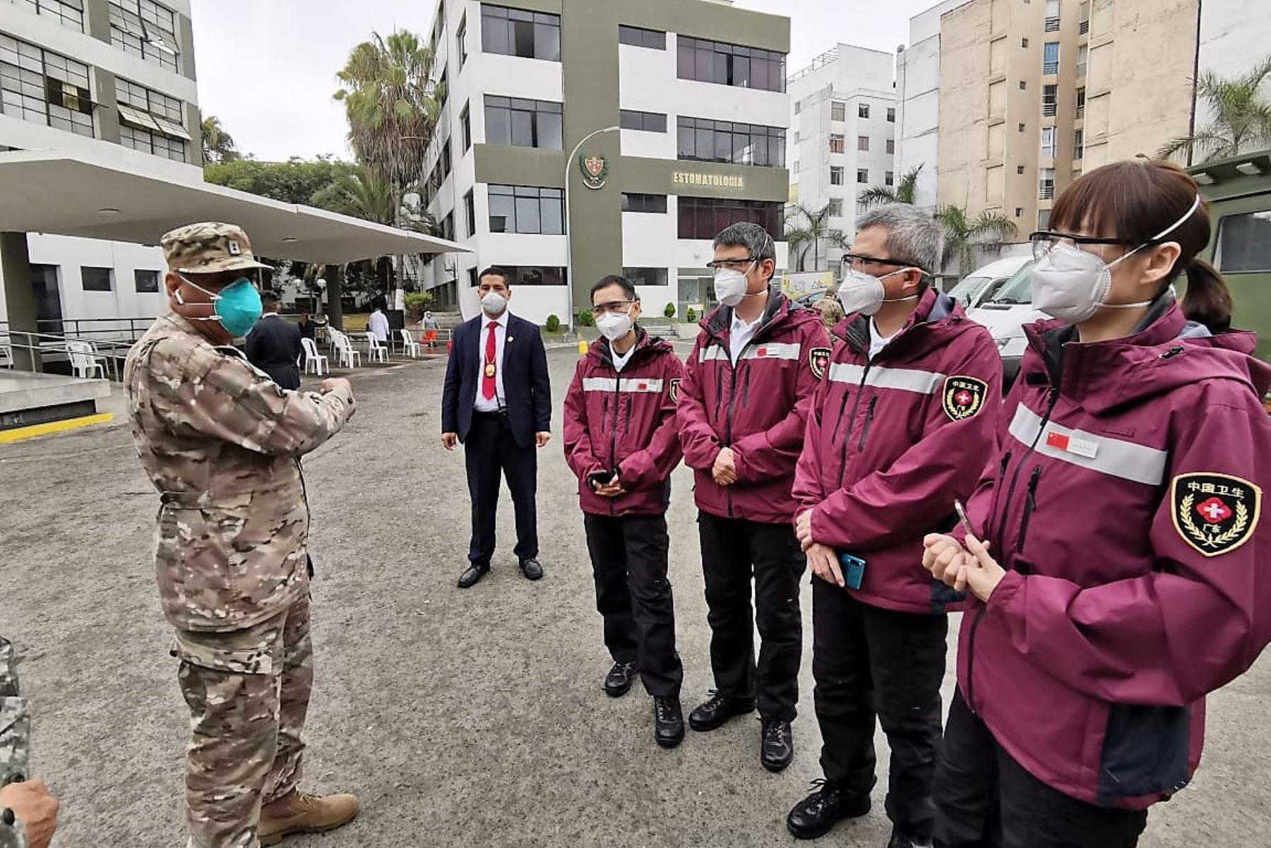 Delegación de expertos chinos en la lucha contra el covid-19 recorrieron hoy las instalaciones del Hospital Central Militar en Lima.
