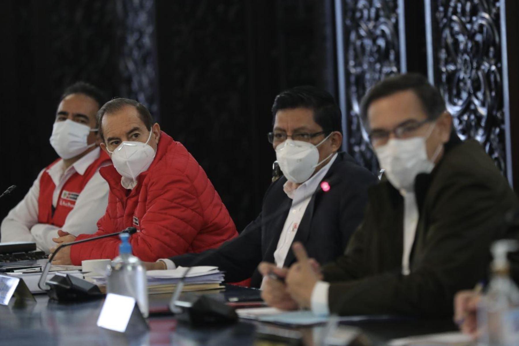 El presidente Martin Vizcarra y el titular de la PCM, Vicente Zeballos, encabezaron una nueva sesión del Consejo de Ministros, donde se evaluaron las medidas adoptadas y acciones del Ejecutivo en el marco del Estado de Emergencia por el covid-19. Foto: ANDINA/ Prensa Presidencia