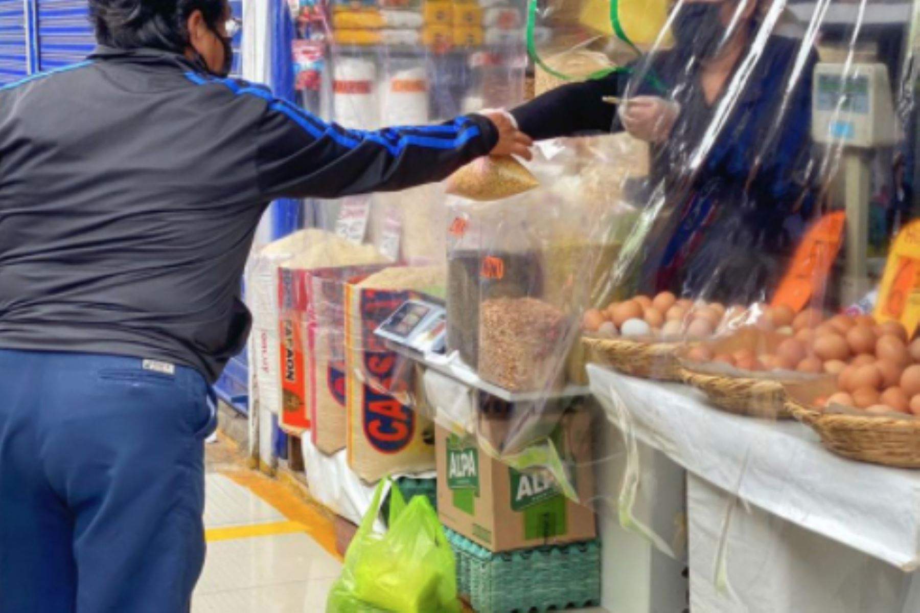 En el Mercado Minorista N° 1 se han colocado barreras de protección en puestos de venta, señalética, lavamanos y tachos. Foto: ANDINA/Difusión