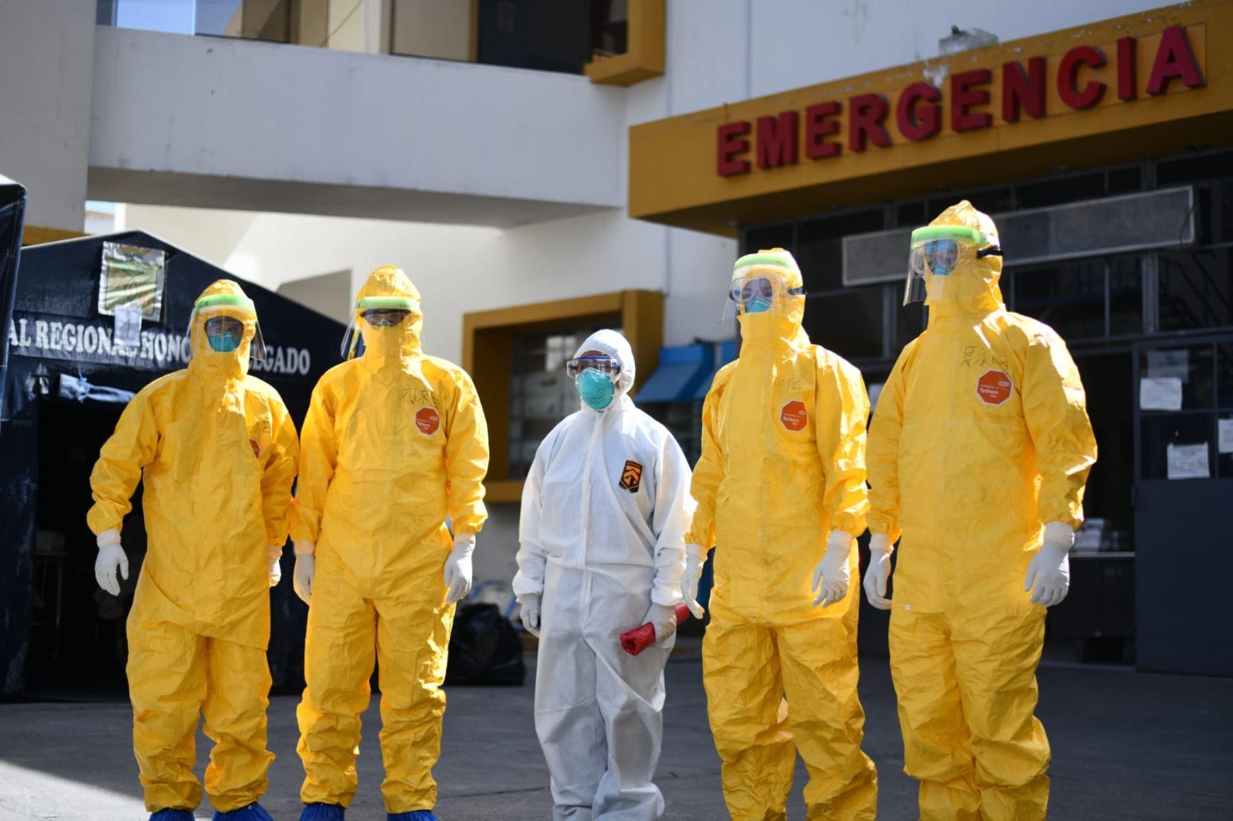 Delegación de médicos chinos se  reúnen con el Gobernador Regional de Arequipa, Elmer Cáceres Llica, y funcionarios de la Gerencia de Salud, para brindar asistencia técnica en la atención a pacientes covid-19. Foto: Cortesía /Diego Ramos Lupo