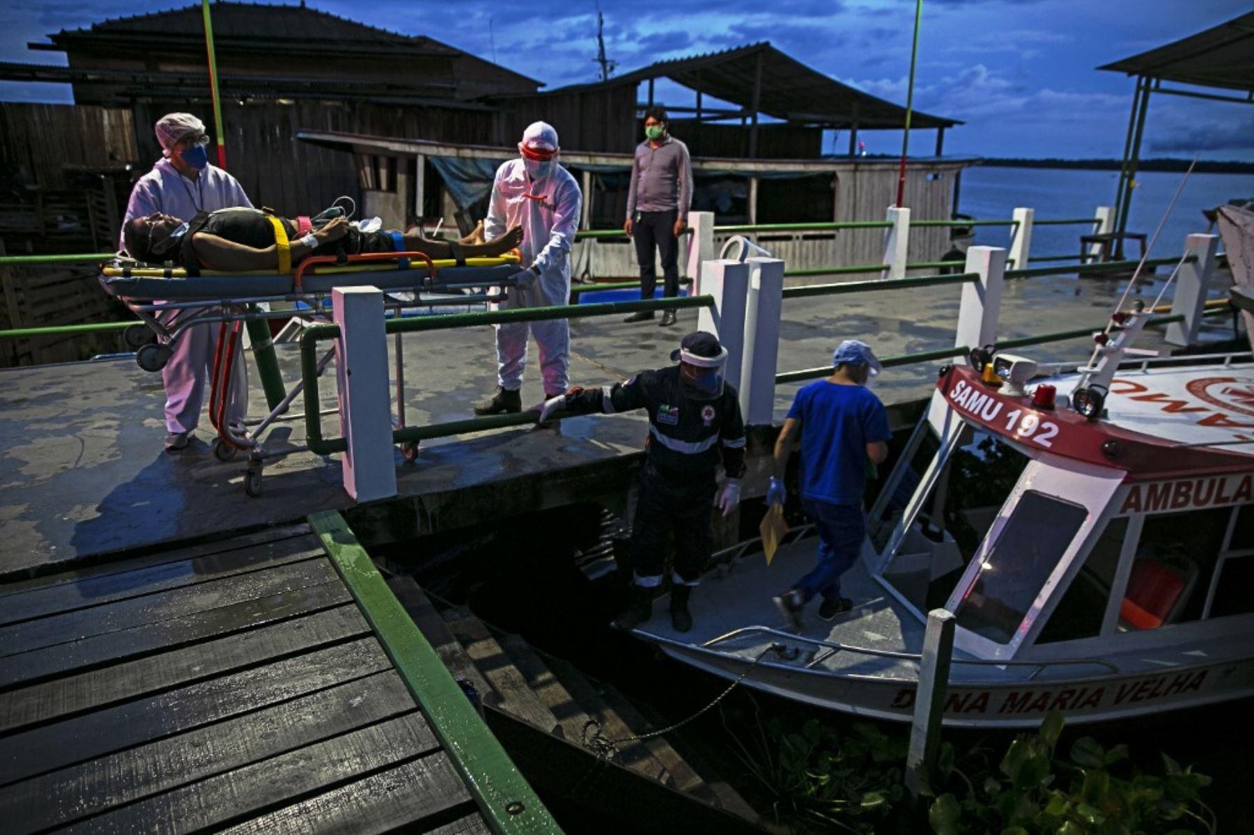 Un residente de la comunidad Divino Espirito Santo en el río Pacaja con síntomas de COVID-19 es transportado en una ambulancia en barco en un viaje de 12 horas a un hospital municipal del área de Portel en la isla de Marajo, en Brasil. Foto: AFP