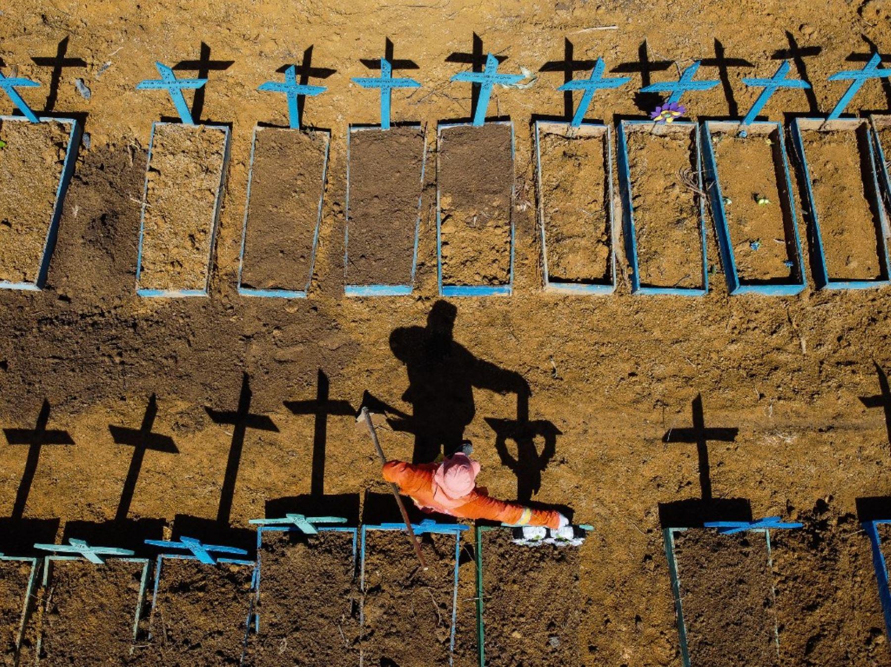 Vista aérea que muestra a un sepulturero parado en el cementerio Nossa Senhora Aparecida donde las víctimas de COVID-19 son enterradas a diario, en el barrio de Taruma, en Manaus, Brasil. Foto: AFP