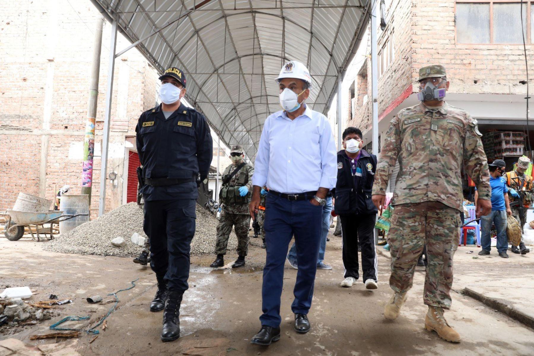Autoridades de La Libertad inspeccionan el mercado La Hermelida, cerrado por ser foco de contagio de covid-19.