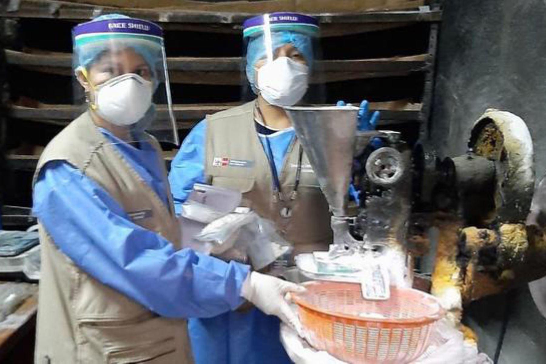 Personal de la Digemid y de la Policía Nacional intervinieron laboratorio clandestino de medicamentos en el distrito de La Victoria. Foto: Minsa