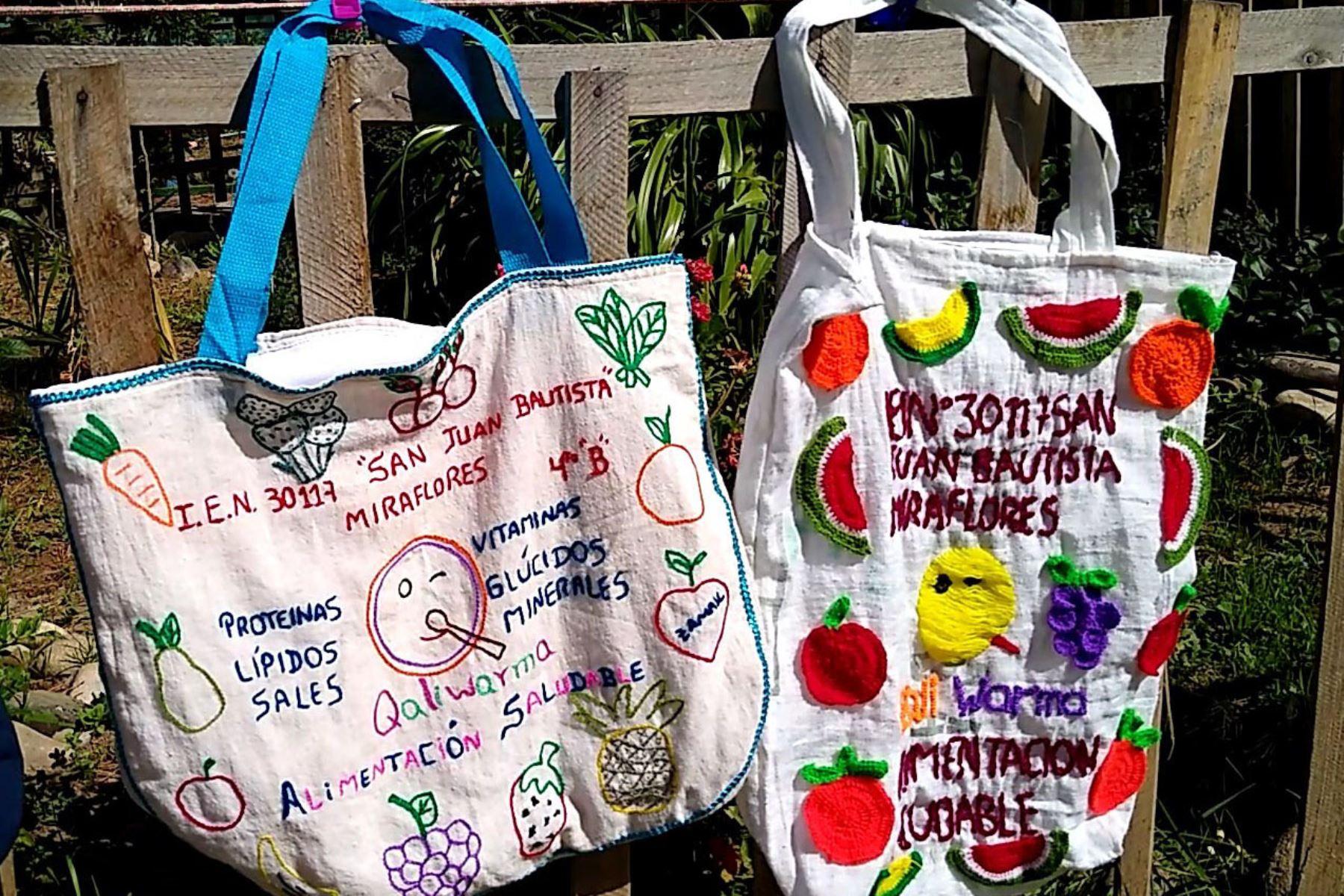 APadres emprendedores de la IE N° 30117 San Juan Bautista de Huancayo elaboran bolsas ecológicas con materiales reciclados. Foto: Cortesía Pedro Tinoco
