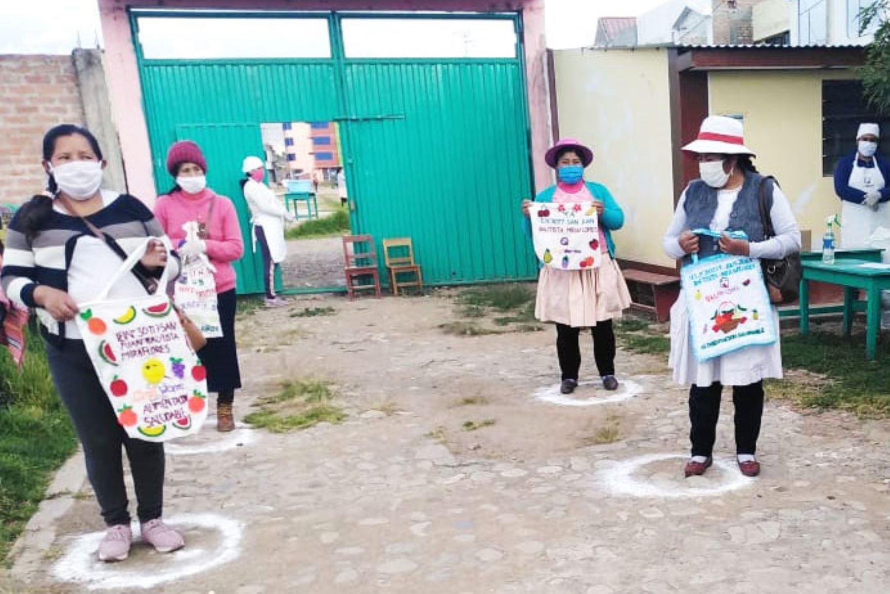 Padres emprendedores de la IE N° 30117 San Juan Bautista de Huancayo elaboran bolsas ecológicas con materiales reciclados. Foto: Cortesía Pedro Tinoco