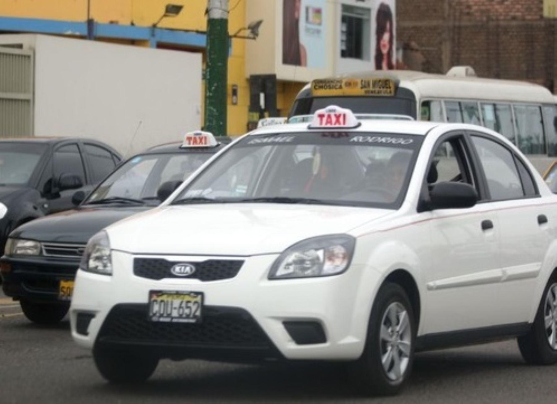 Taxis en una avenida de Lima, Perú. Foto: Autoridad de Transporte Urbano de Lima y Callao (ATU)