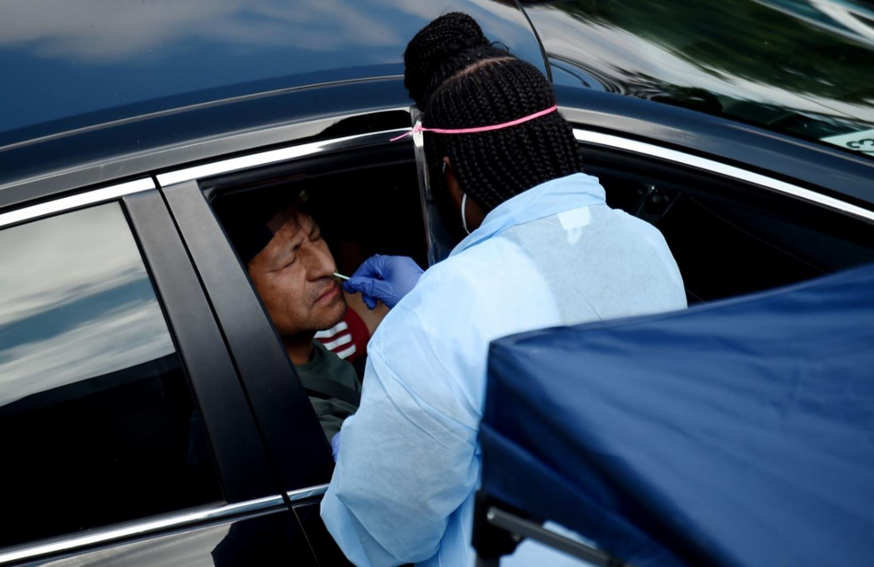 Las personas reciben pruebas gratuitas de COVID-19 en un centro de pruebas de manejo de Coronavirus ubicado en Virginia. Foto: AFP
