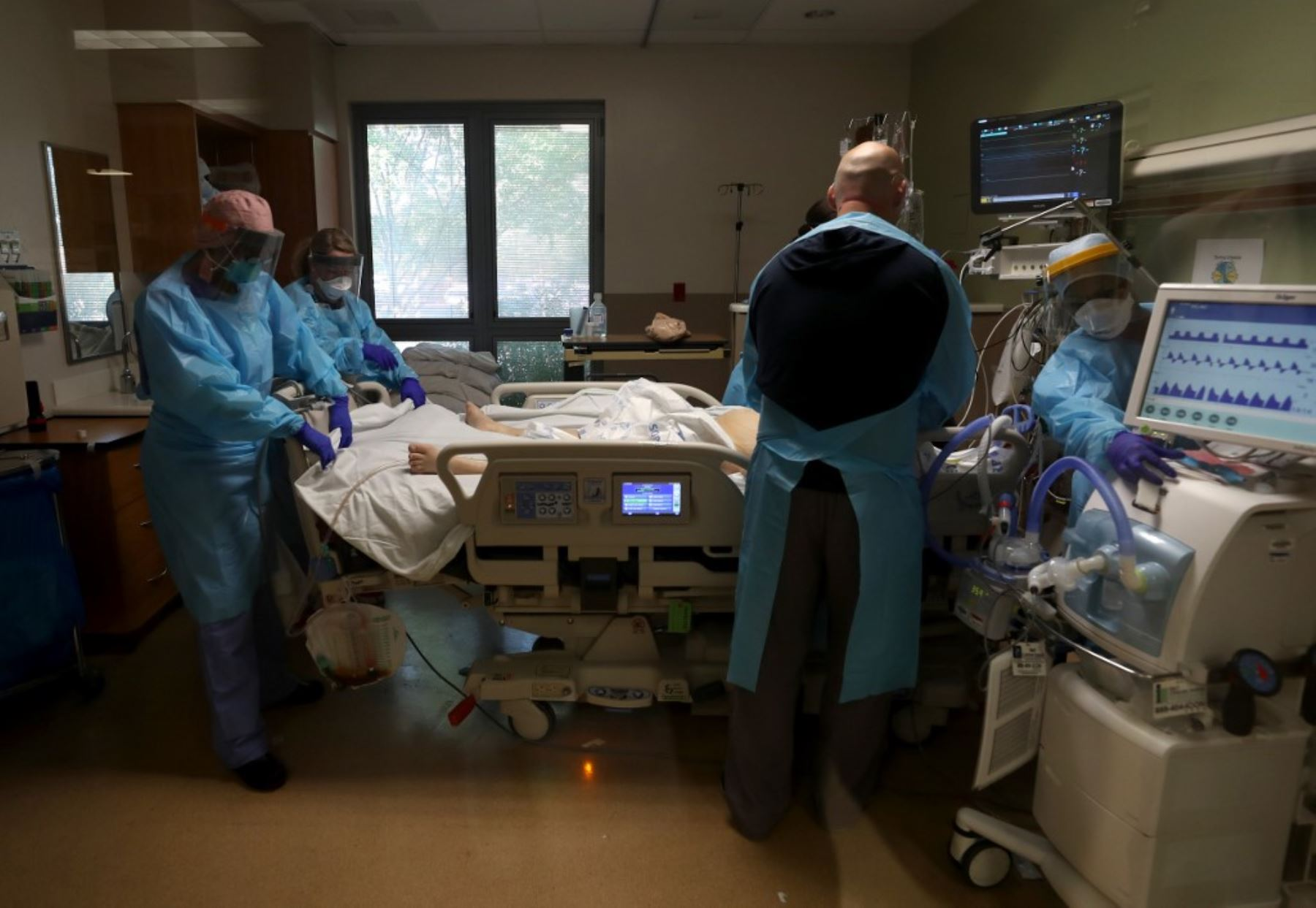 Las enfermeras atienden a un paciente con coronavirus COVID-19 en la unidad de cuidados intensivos (I.C.U.) en el Centro Médico Regional en San José, California. Foto: AFP