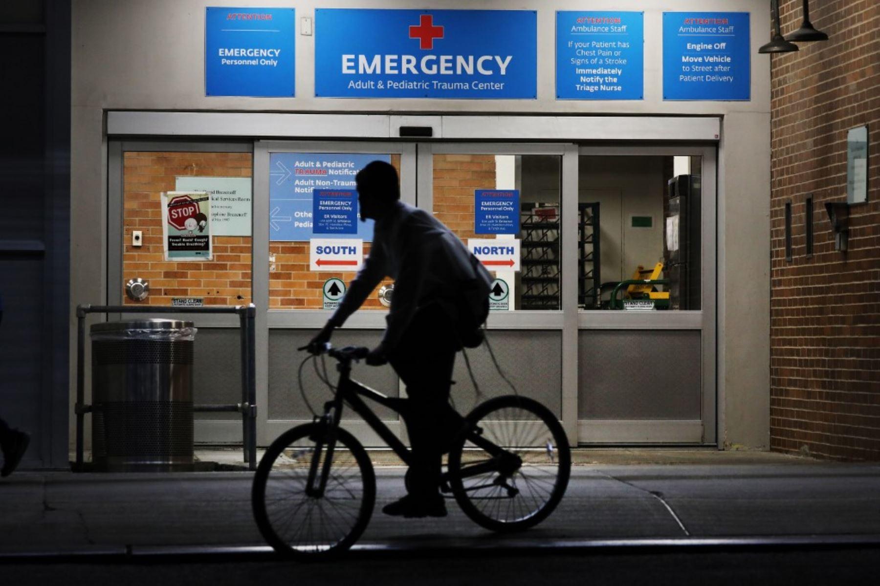 Una persona transita con su bicicleta por los exteriores  del Centro Médico Maimonides en el vecindario Borough Park del distrito de Brooklyn de la ciudad de Nueva York. Foto: AFP