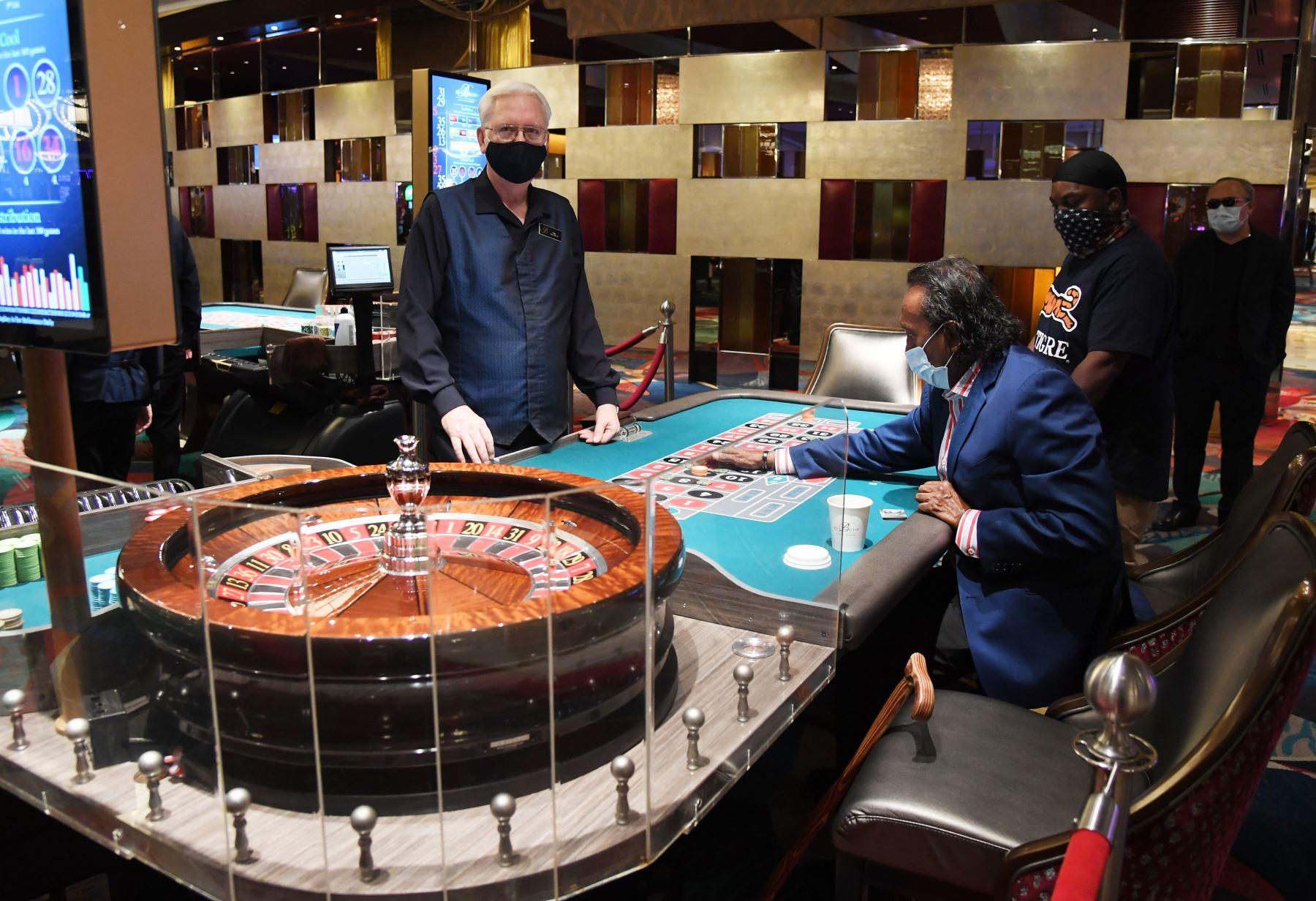 El concesionario Gary Reed observa cómo Tilak Fernando y Dred Phillips juegan a la ruleta en el Bellagio Resort & Casino en Las Vegas Strip. Foto: AFP