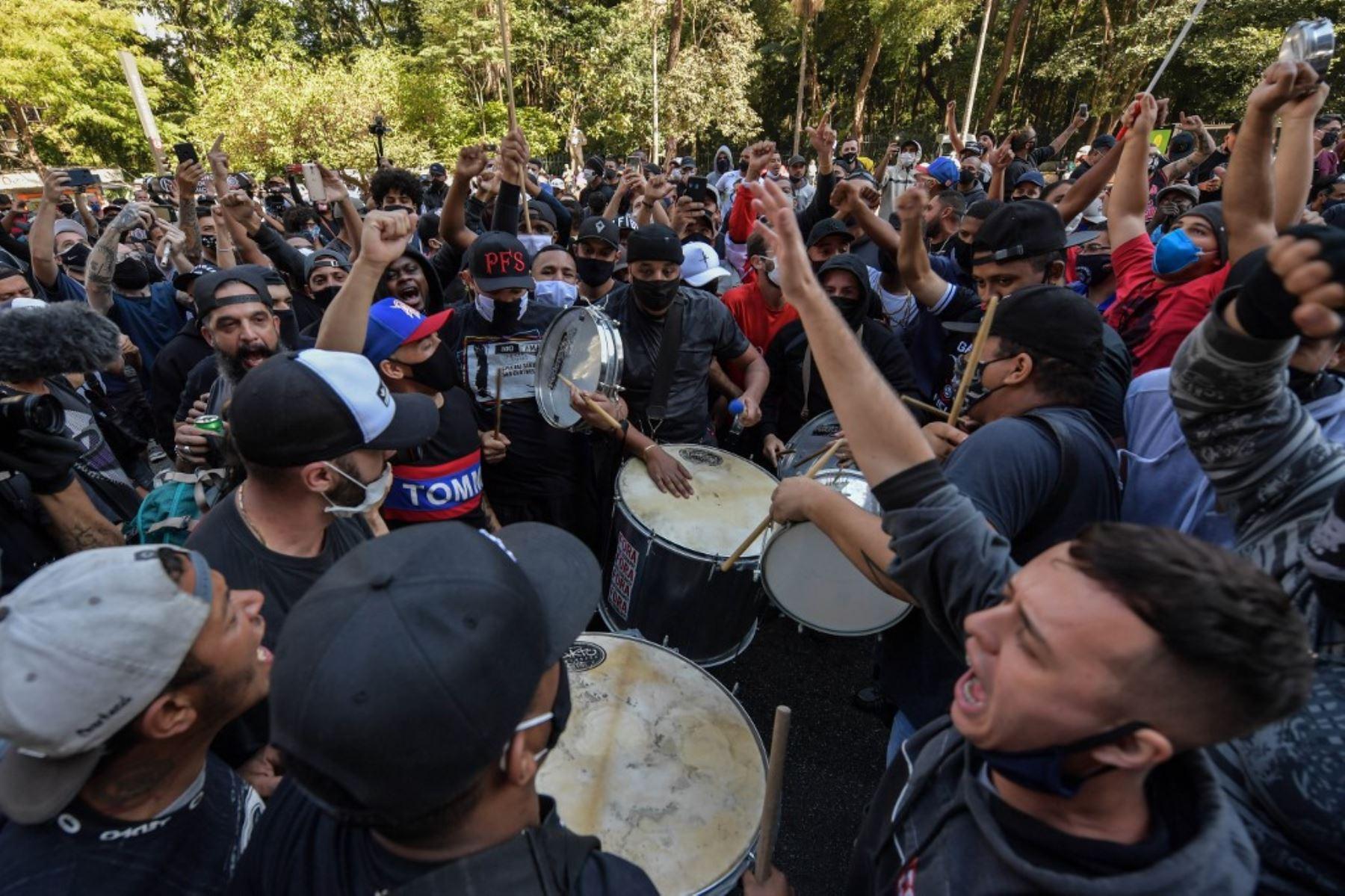 Fanáticos anti Jair Bolsonaro protestan contra él en la avenida Paulista en Sao Paulo, Brasil, en medio de la nueva pandemia de coronavirus del COVID-19. Foto: AFP