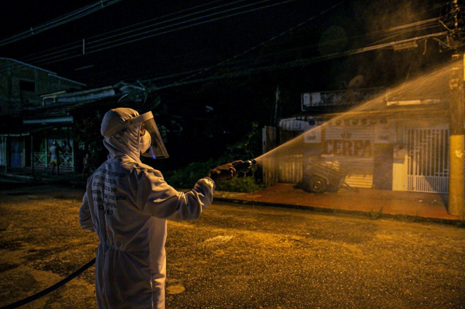 Un trabajador municipal desinfecta una calle como medida contra la pandemia de coronavirus COVID-19 en el suroeste de la isla de Marajo, en el estado de Pará, Brasil. Foto: AFP