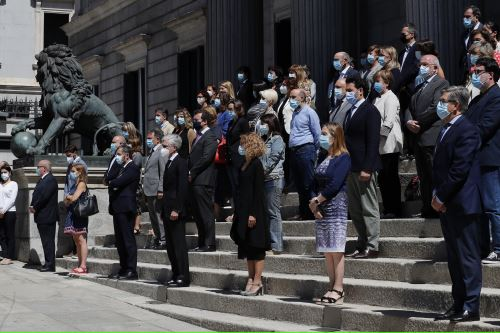 Minuto de silencio guardado en la escalinata del Congreso de España en reconocimiento a las víctimas de la pandemia de la covid-19, en el último de los diez días de luto decretados por el Ejecutivo. Foto: EFE