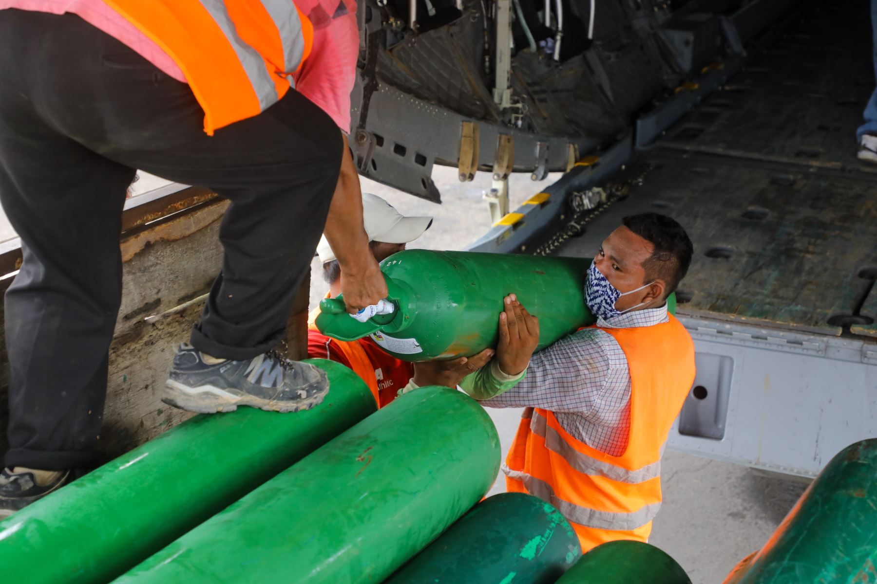 Ministra de la Producción, Rocío Barrios llega a la ciudad de Yurimaguas junto a la Dra. Zulema Tomas del Minsa y el congresista Leonardo Inga Gobierno trasladando 4 toneladas de material médico y medicinas a Loreto Foto:Produce