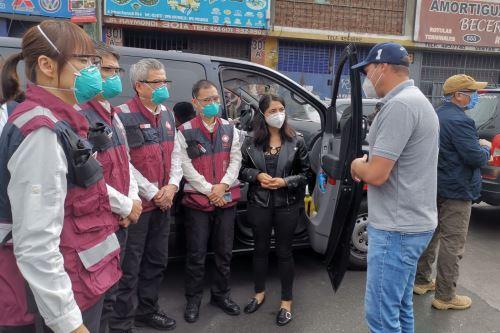Médicos chinos dialogan sobre el covid-19 con el alcalde de La Victoria, George Forsyth.