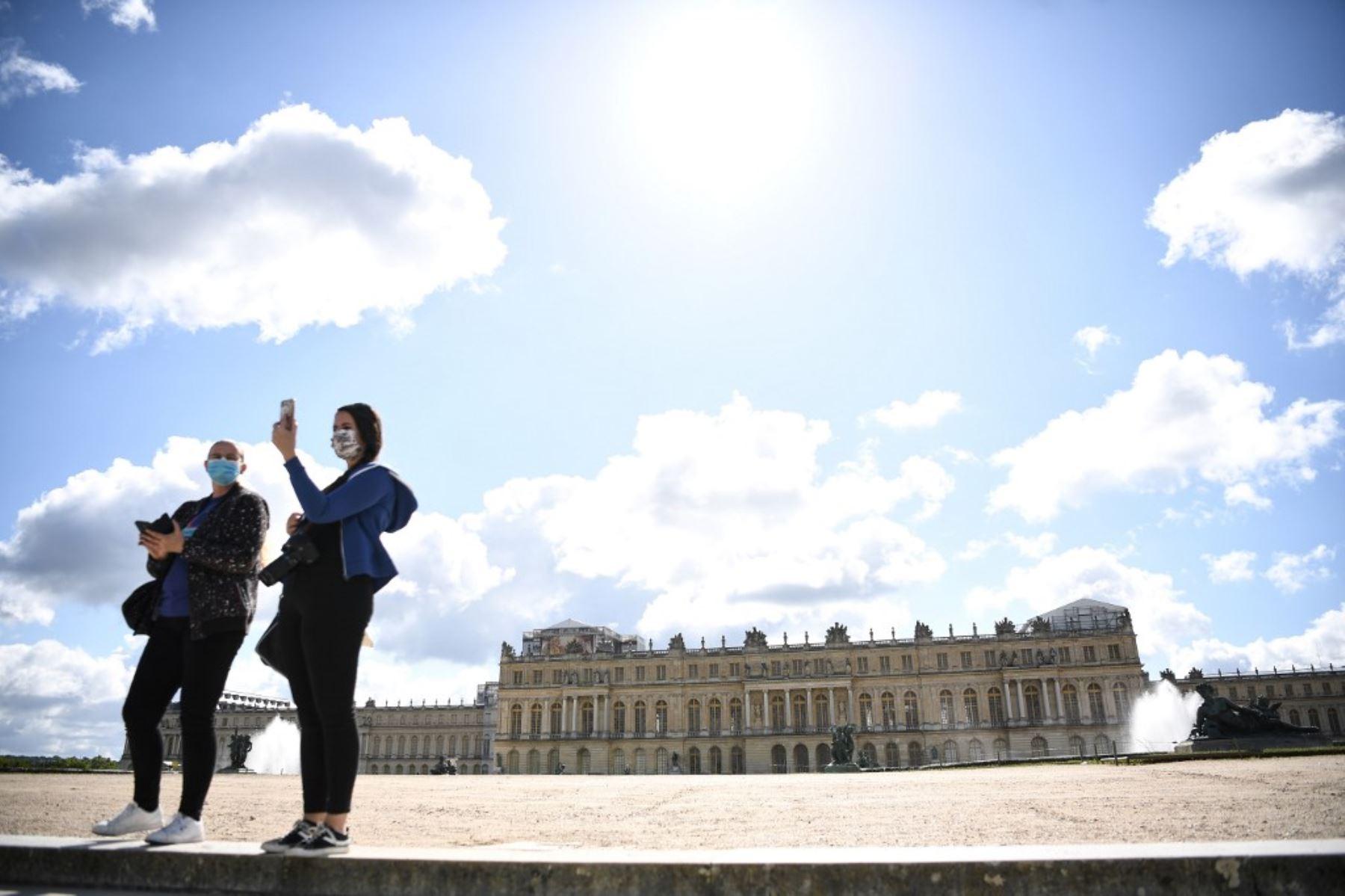 La gente visita el parque del histórico castillo francés Palacio de Versalles  cerca de París después de semanas de cierre tras las medidas de cierre adoptadas en Francia ante el coronavirus. Foto: AFP