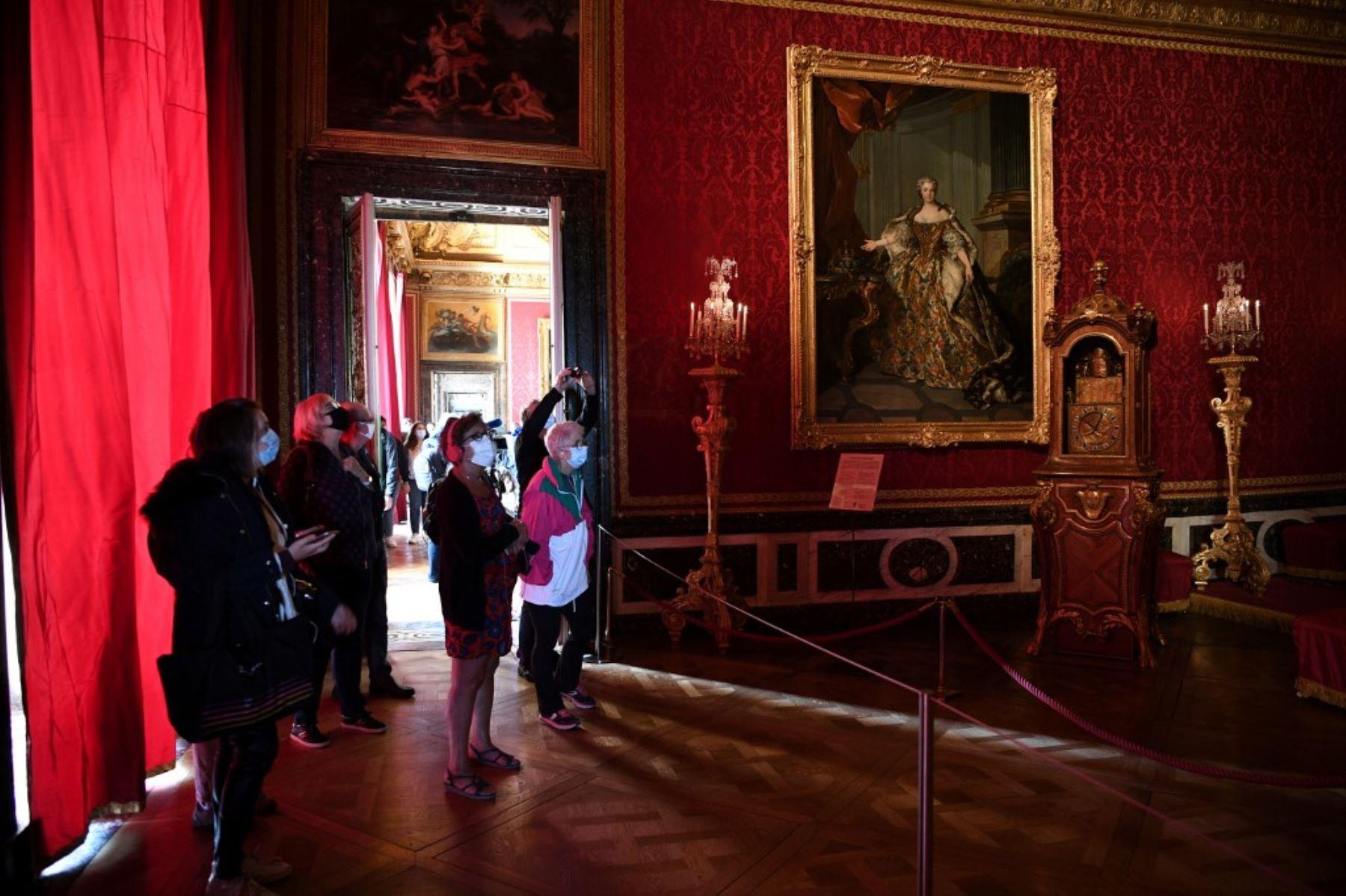 Turistas visitan el emblemático Palacio de Versalles tras su reapertura luego de permanecer cerrado por meses de confinamiento. Foto: AFP
