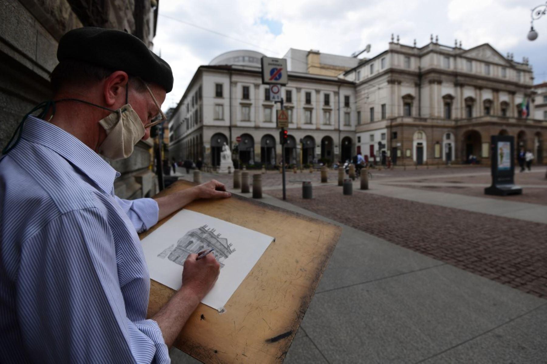 El pintor italiano Giovanni Franzi dibuja el edificio del Teatro de La Scala en el centro de Milán, Francia. Foto:  AFP