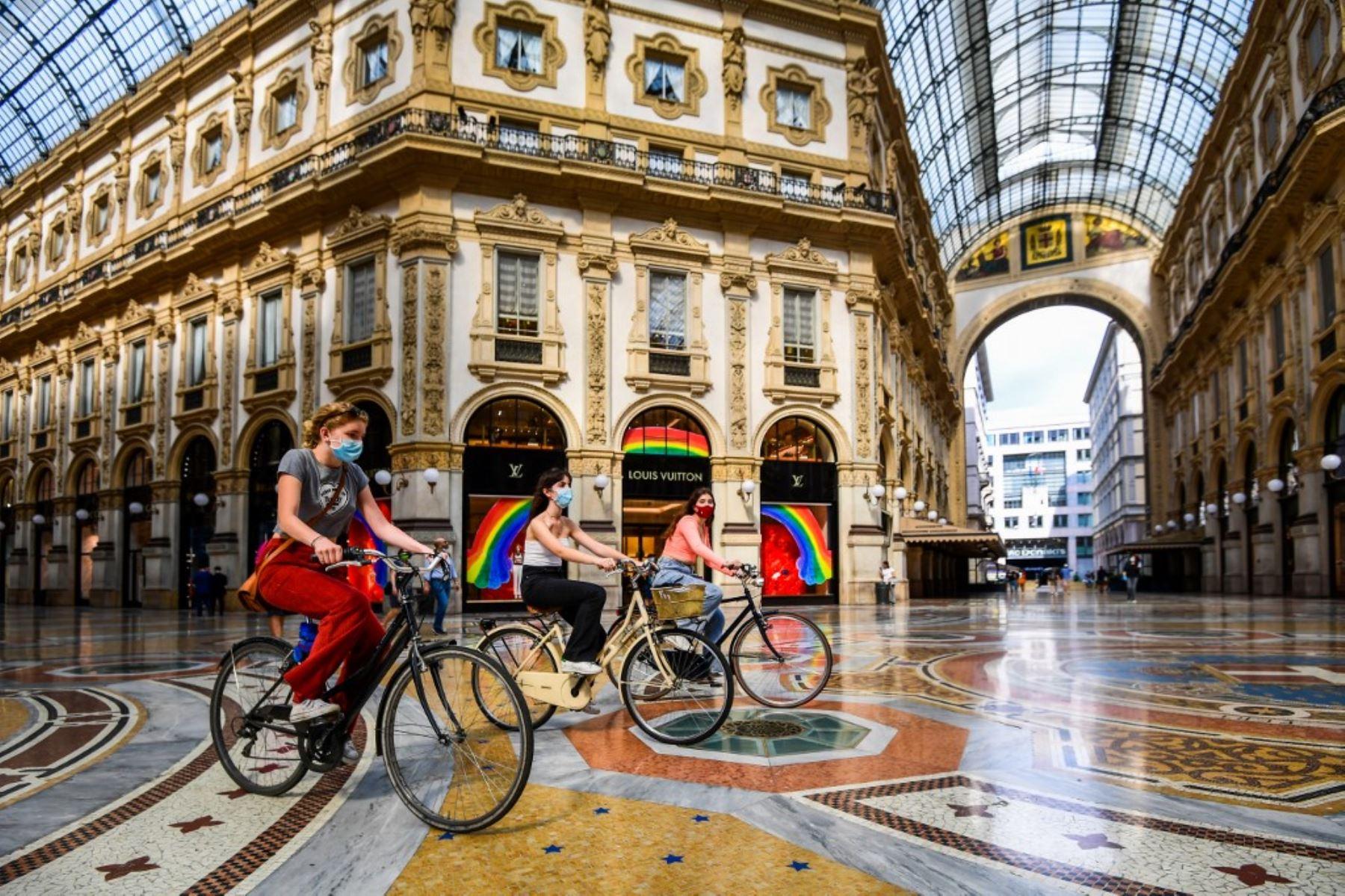Un grupo de mujeres viajan en bicicleta por el centro comercial Galería Vittorio Emanuele II, en el centro de Milán, Italia. Foto: AFP
